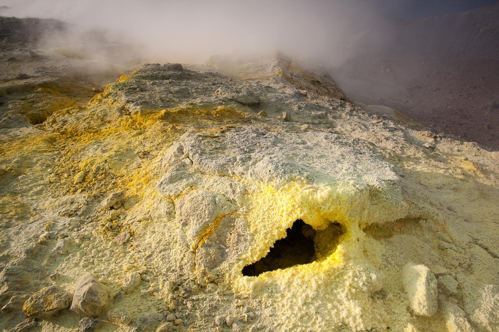 évent de gaz sulfureux et soufre sur le volcan Vulcano