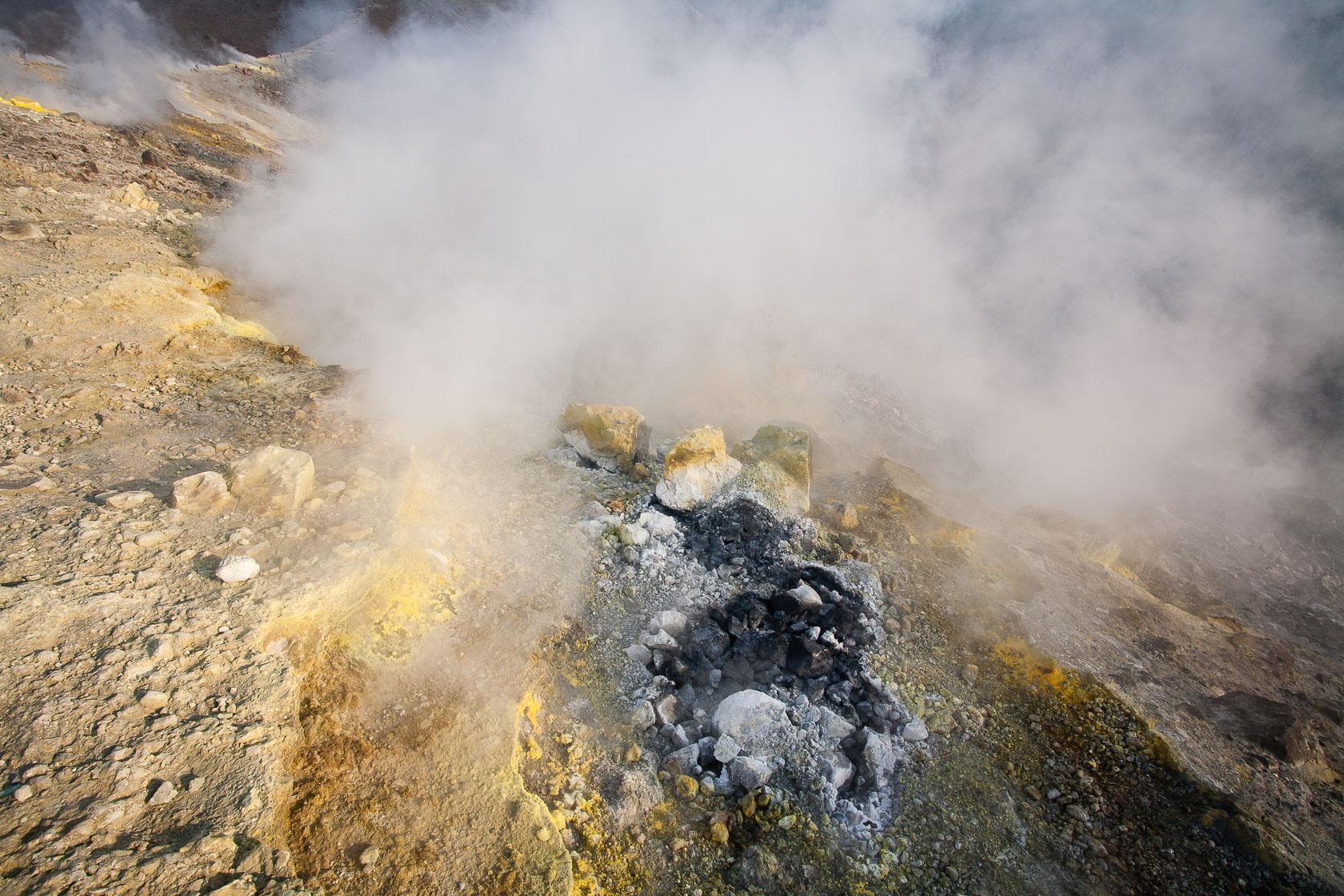 fumerolle et soufre sur le volcan Vulcano