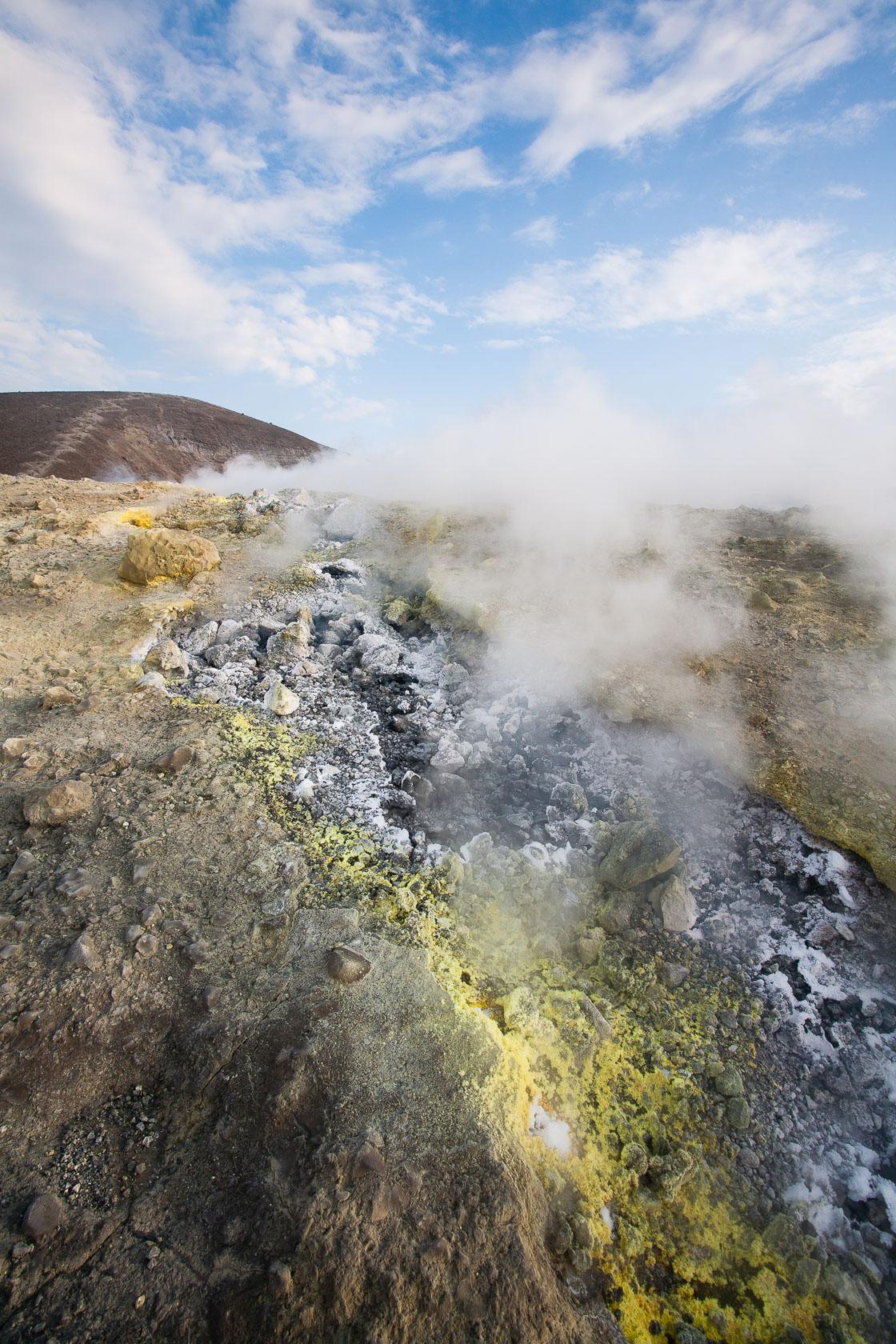 fumerolle et soufre sur le volcan Vulcano, dans les îles éoliennes
