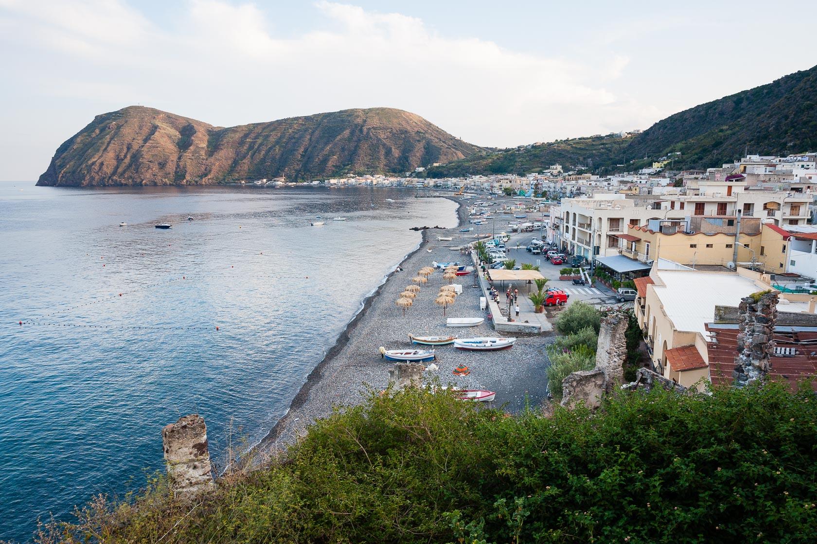la baie de Canneto sur l'île de Lipari dans l'archipel des éoliennes