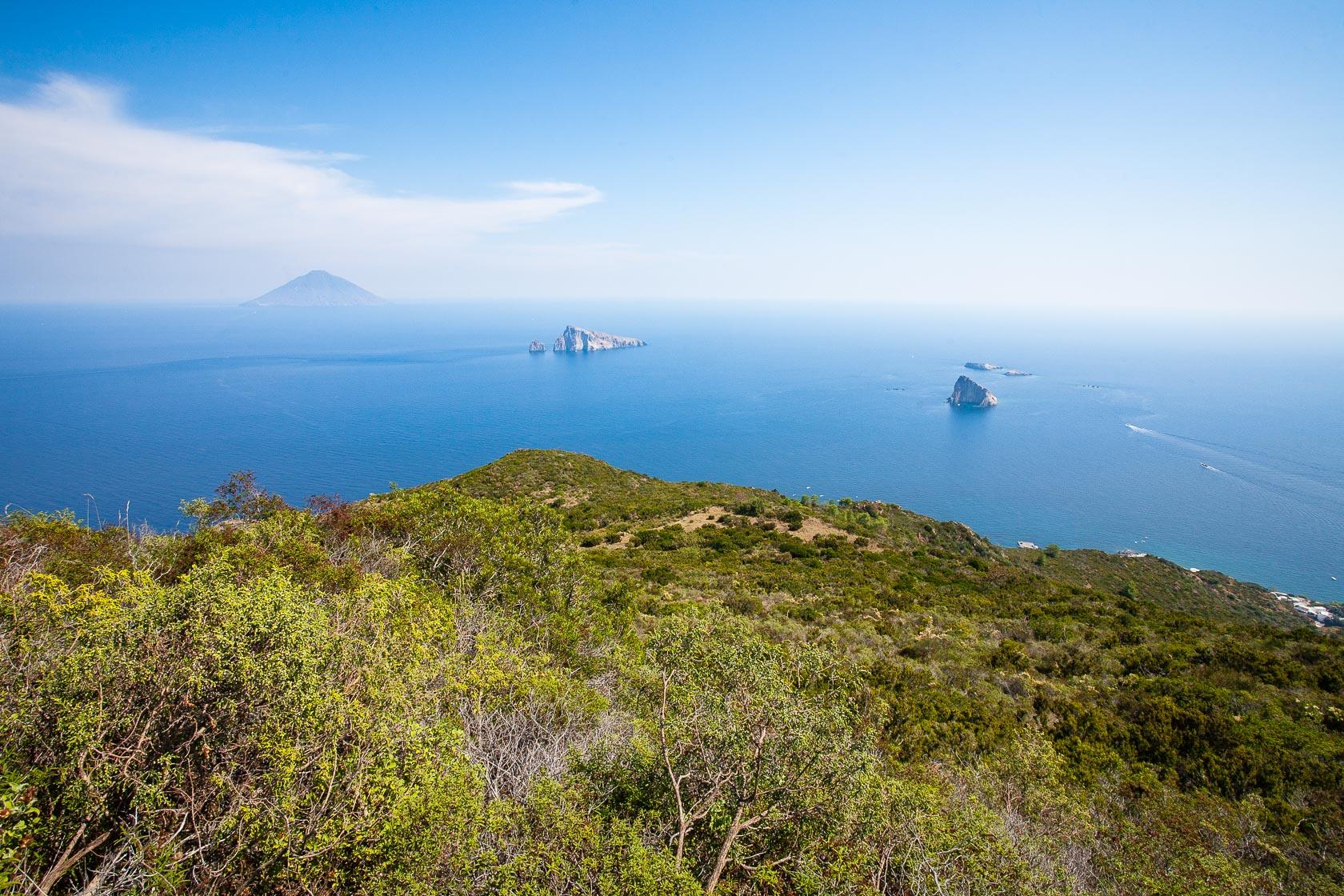 Le volcan Stromboli vu depuis l'île de Panarea