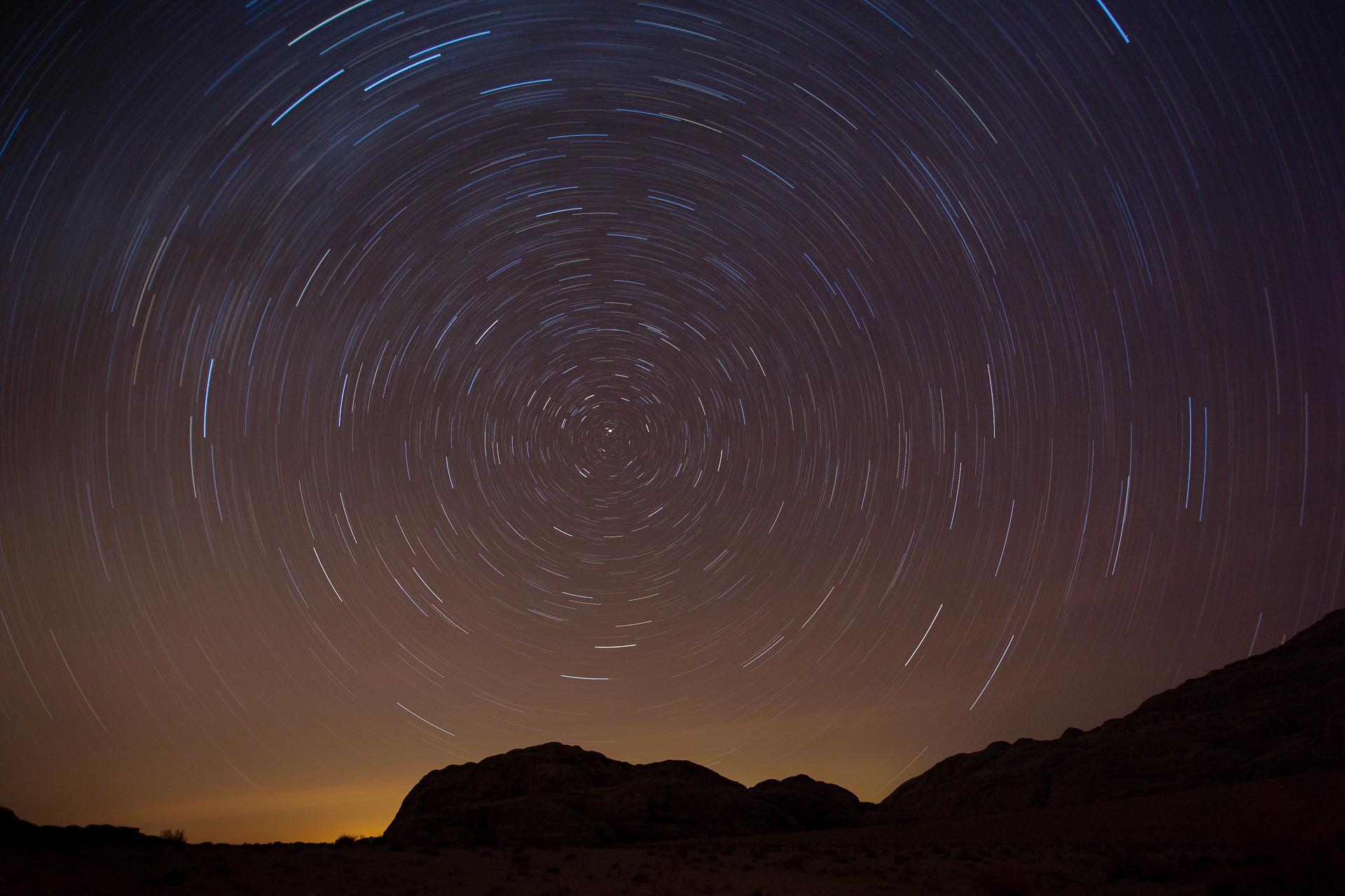 circumpolaire des étoiles dans le désert de Wadi Rum en Jordanie