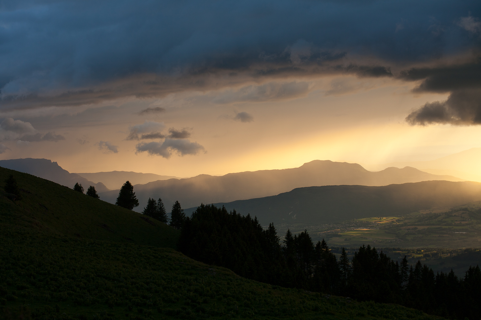 ciel d'orage sur les Bauges et l'Albanais