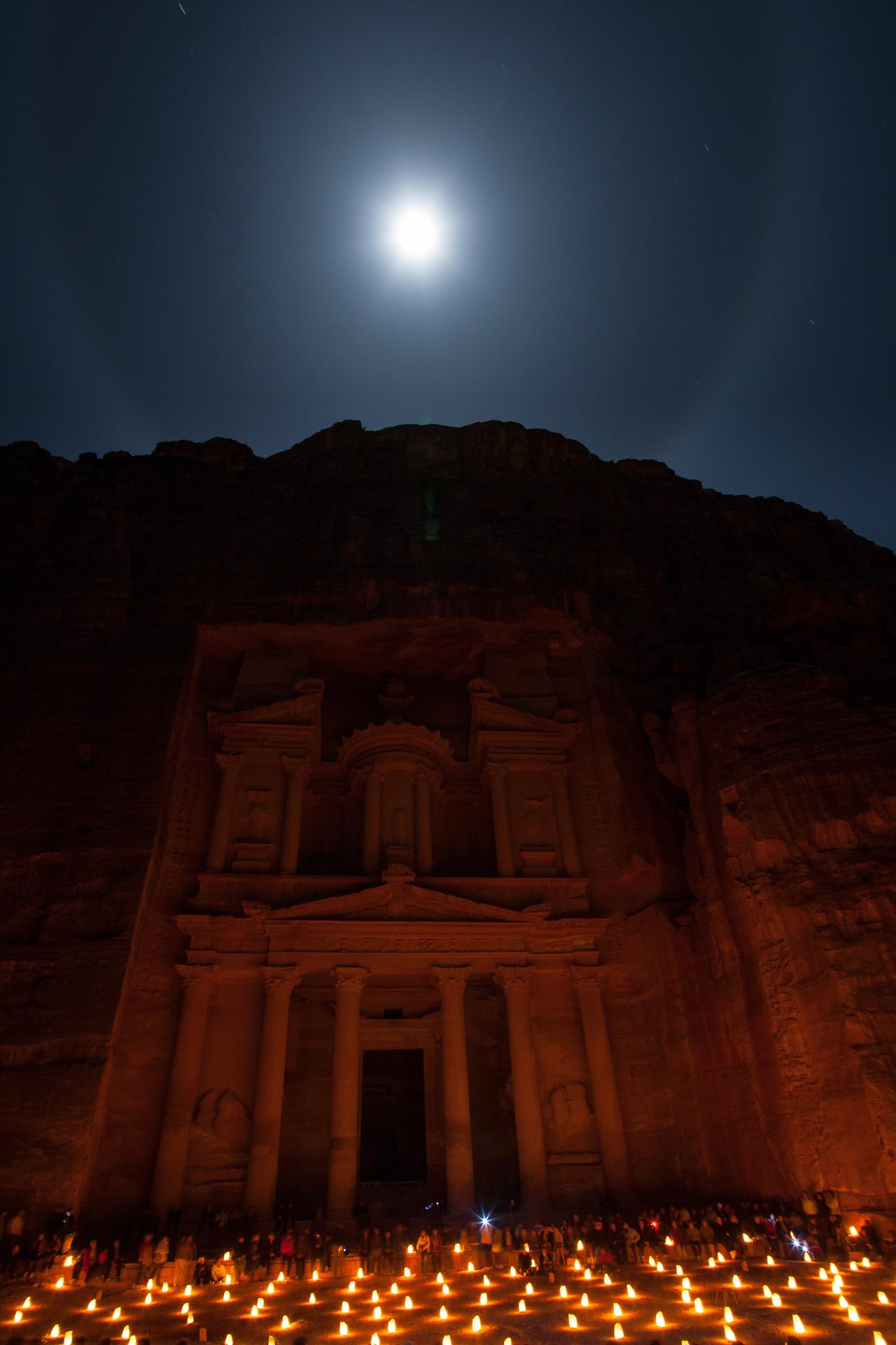 Khazneh al firoun de nuit à Petra en Jordanie