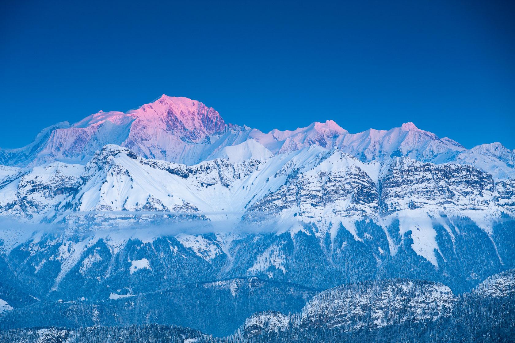 le Mont Blanc au crépuscule, depuis le sommet du Semnoz, dans les Bauges