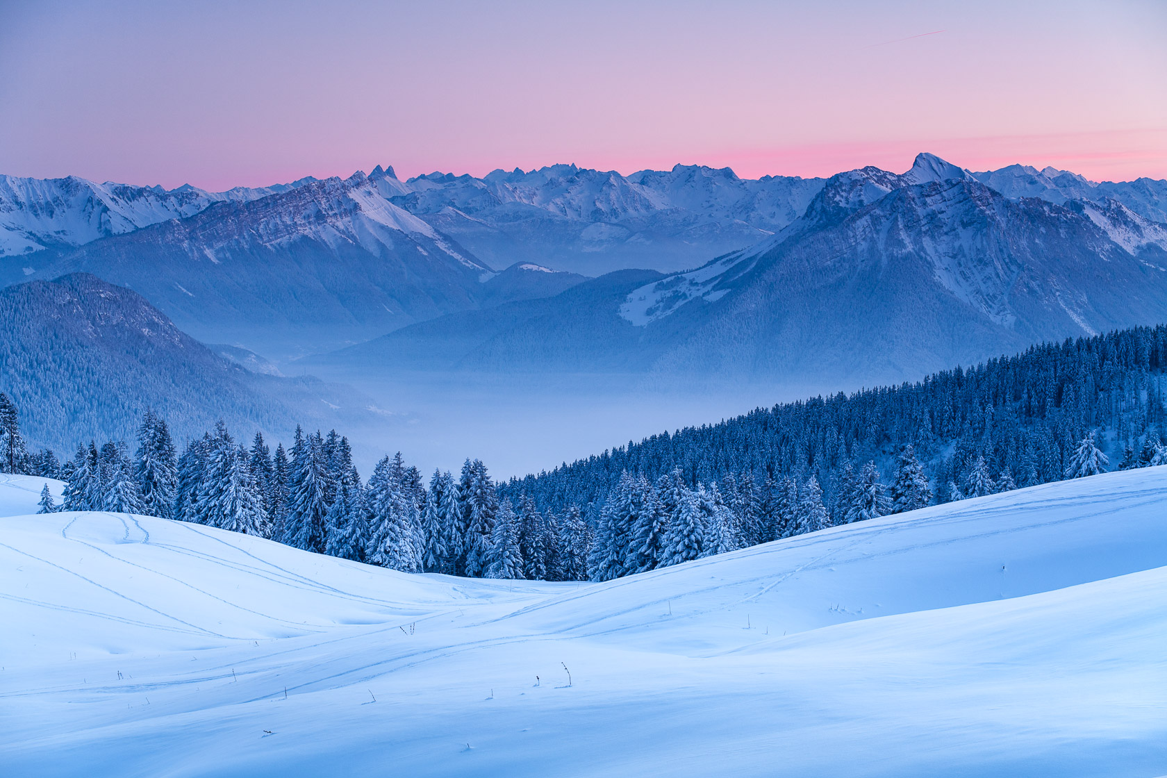 Le massif des Bauges en fin de journée, depuis le sommet du Semnoz, en hiver