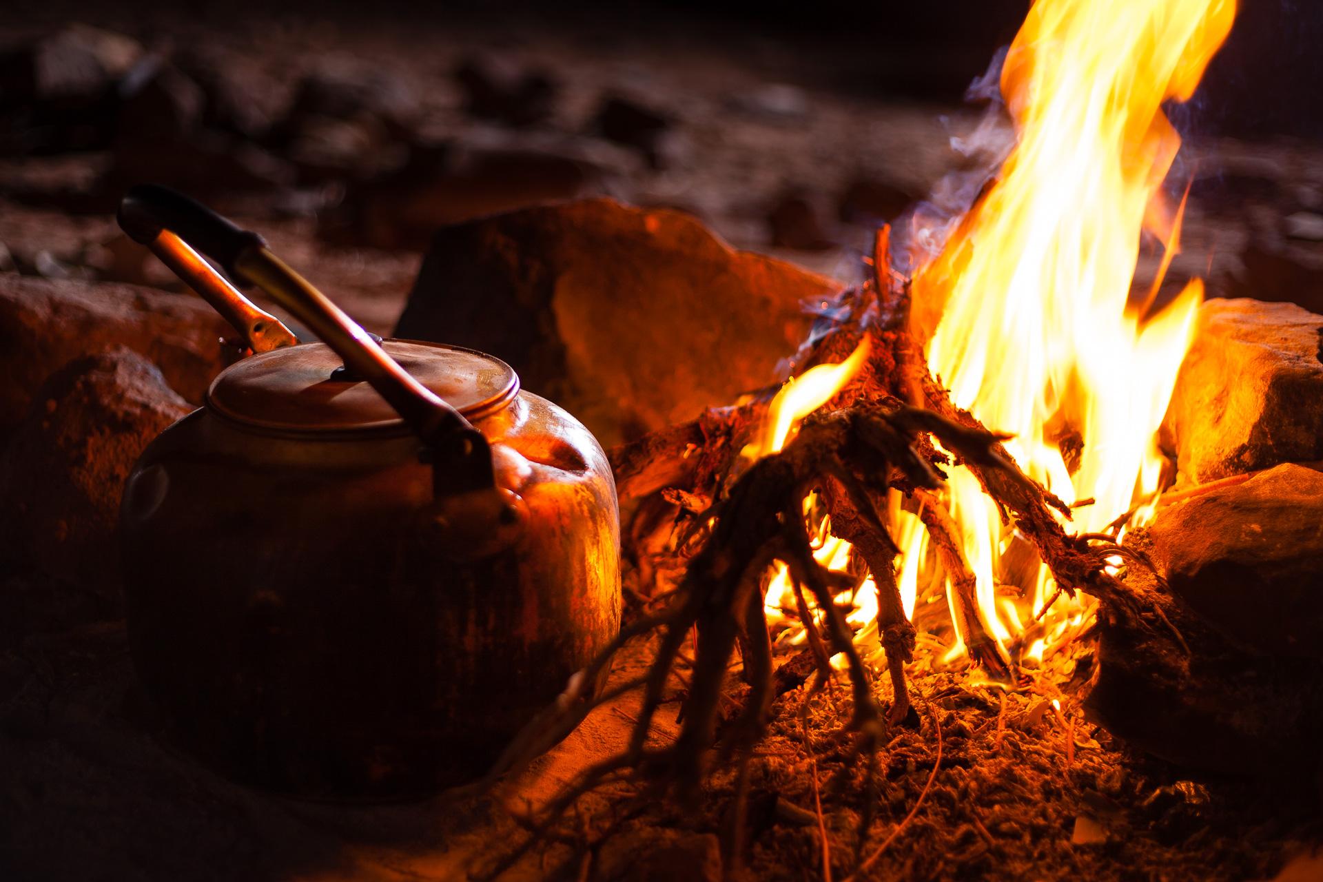 Thé bédouin dans le désert de Wadi Rum