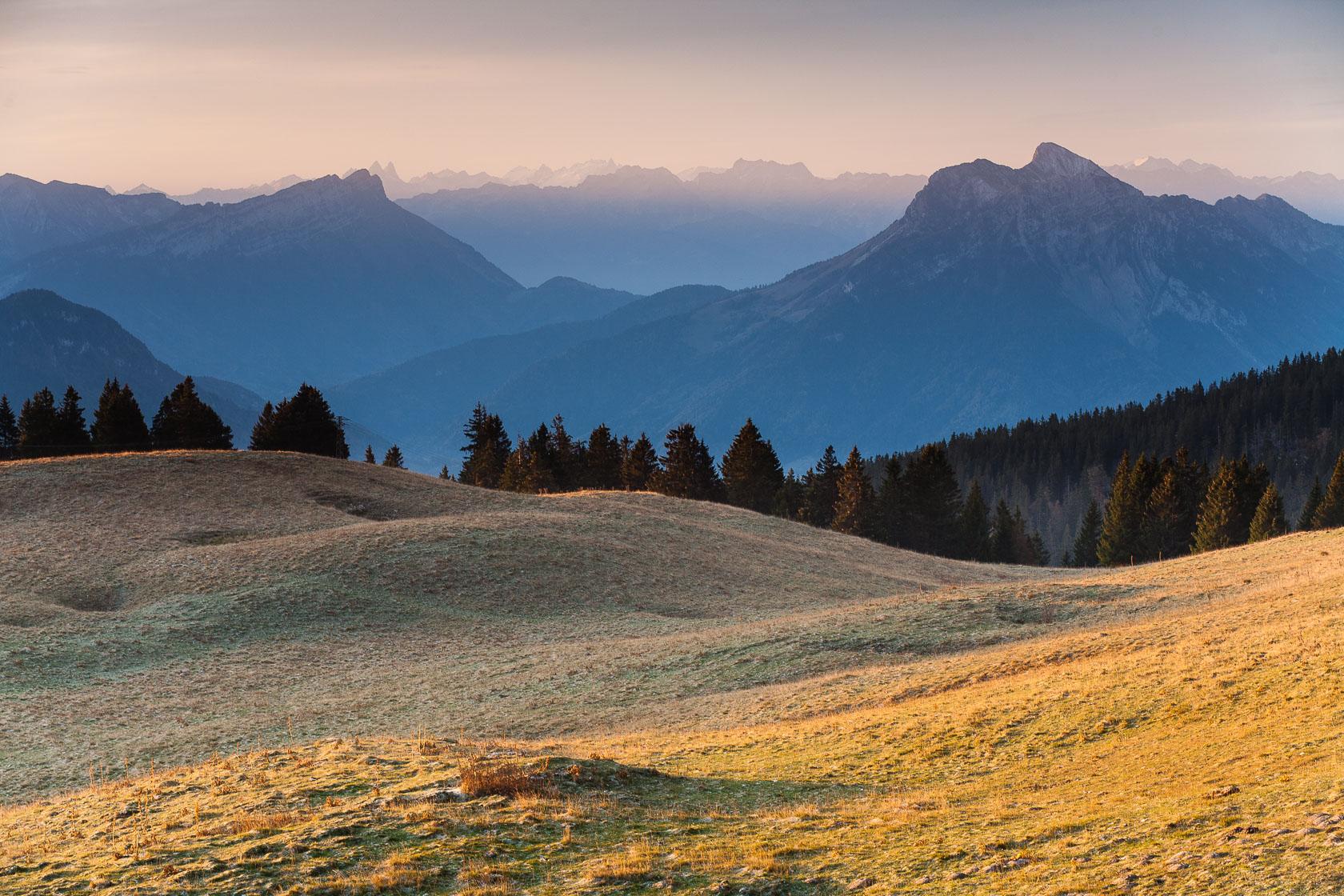 Le parc naturel régional du massif des Bauges depuis l'alpage du Semnoz
