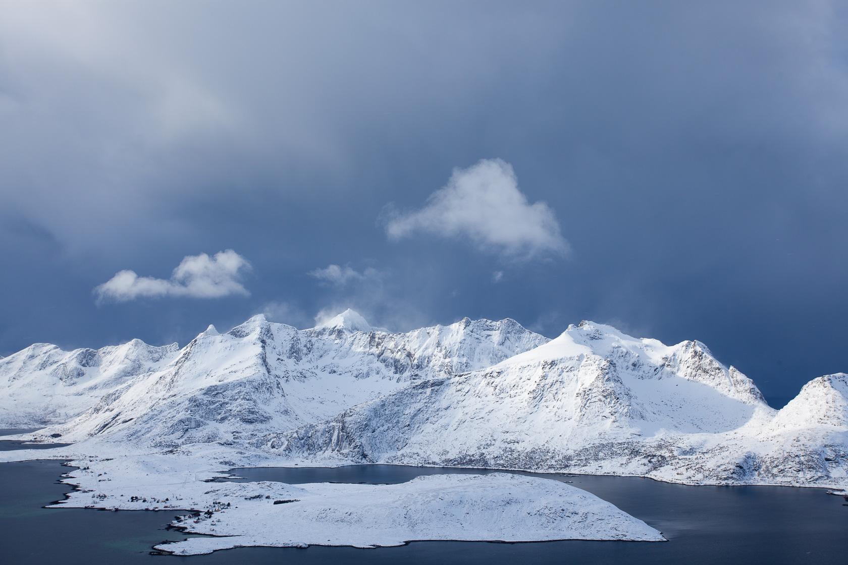 Montagnes du Selfjord près de Fredvang, dans les îles Lofoten pendant un voyage photo en hiver