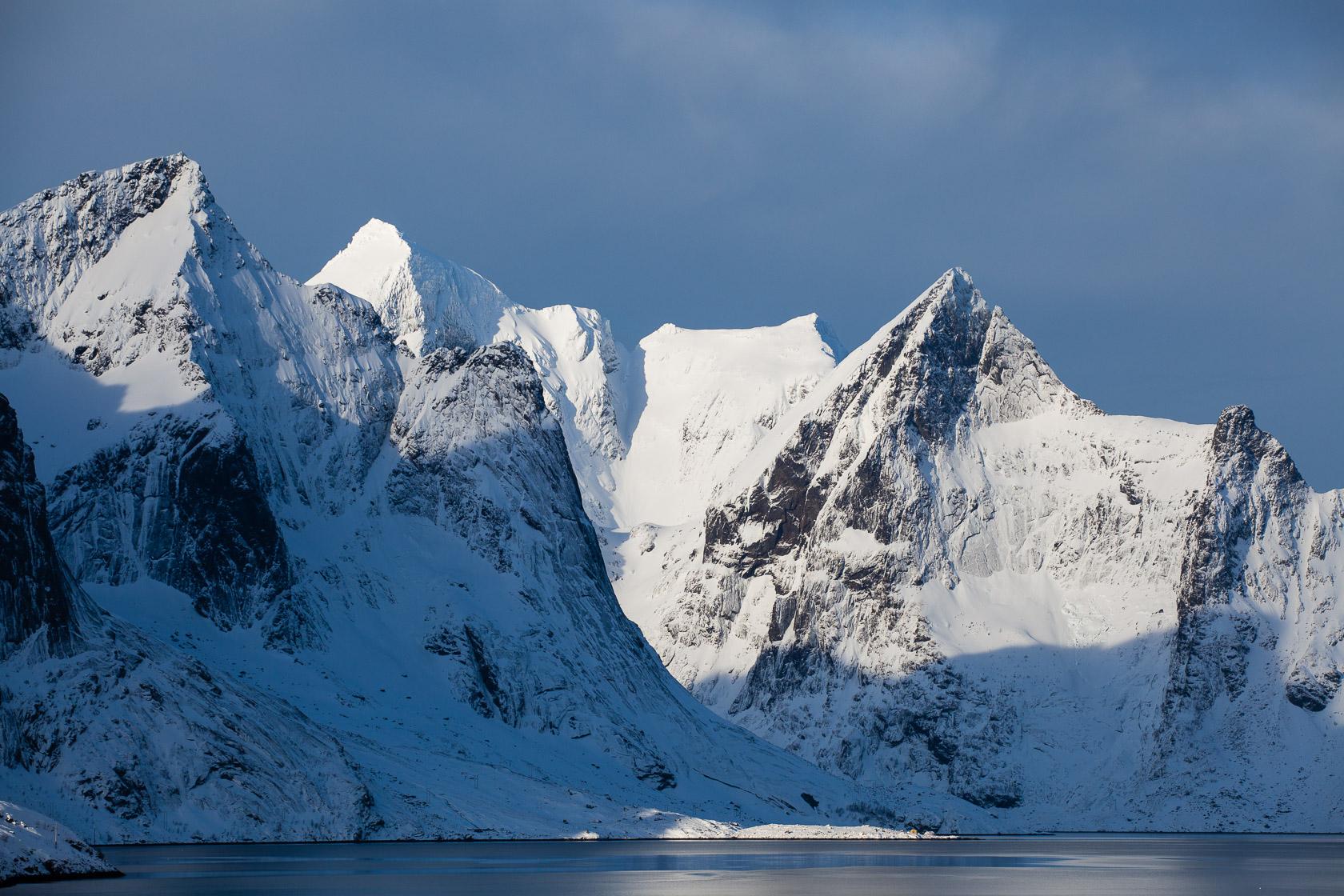 montagnes enneigées au fond du Reinefjord, dans les îles Lofoten en Norvège