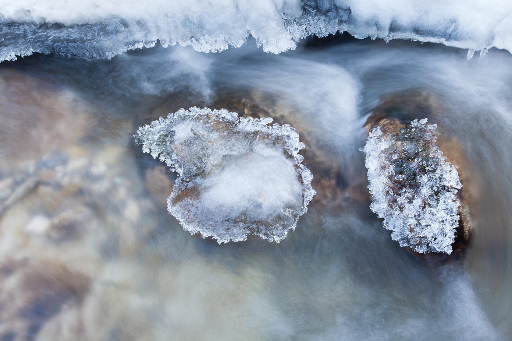 glace dans un torrent de montagne, dans les Bauges