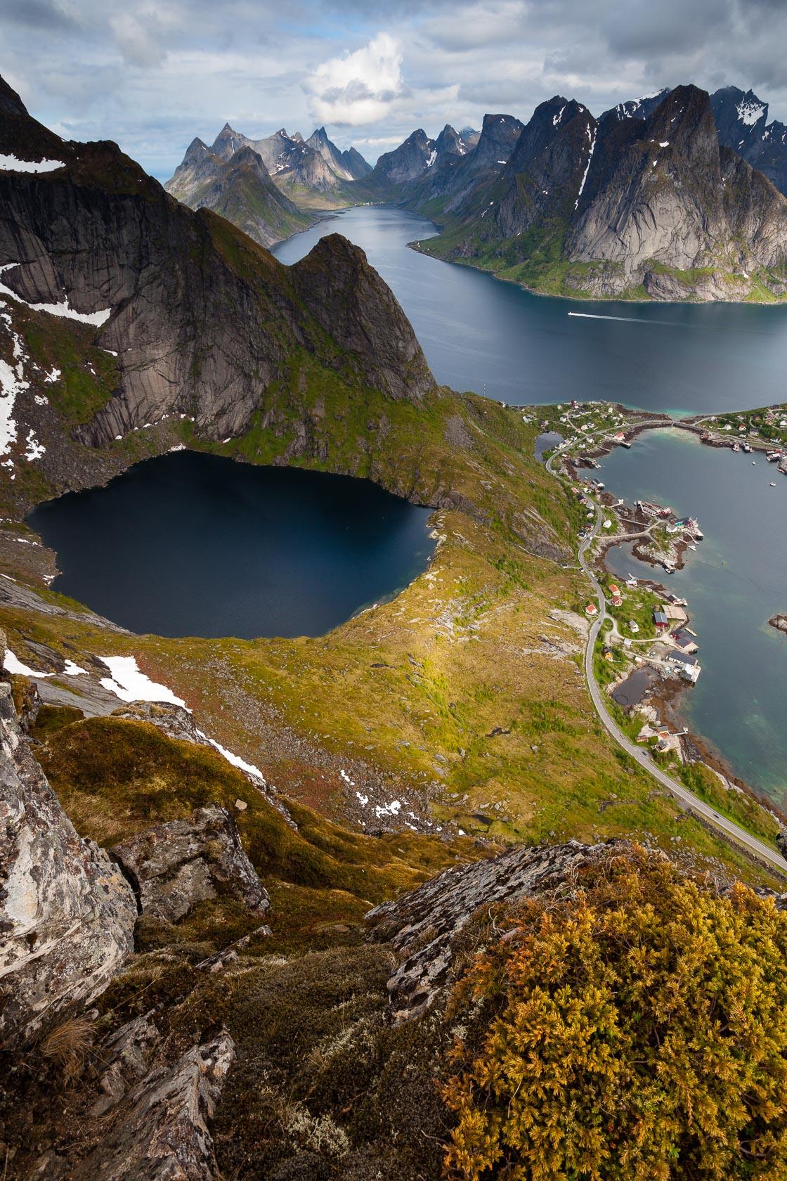 Vue sur Reine depuis le Reinebringen, lors d'un voyage photo dans les îles Lofoten en Norvège