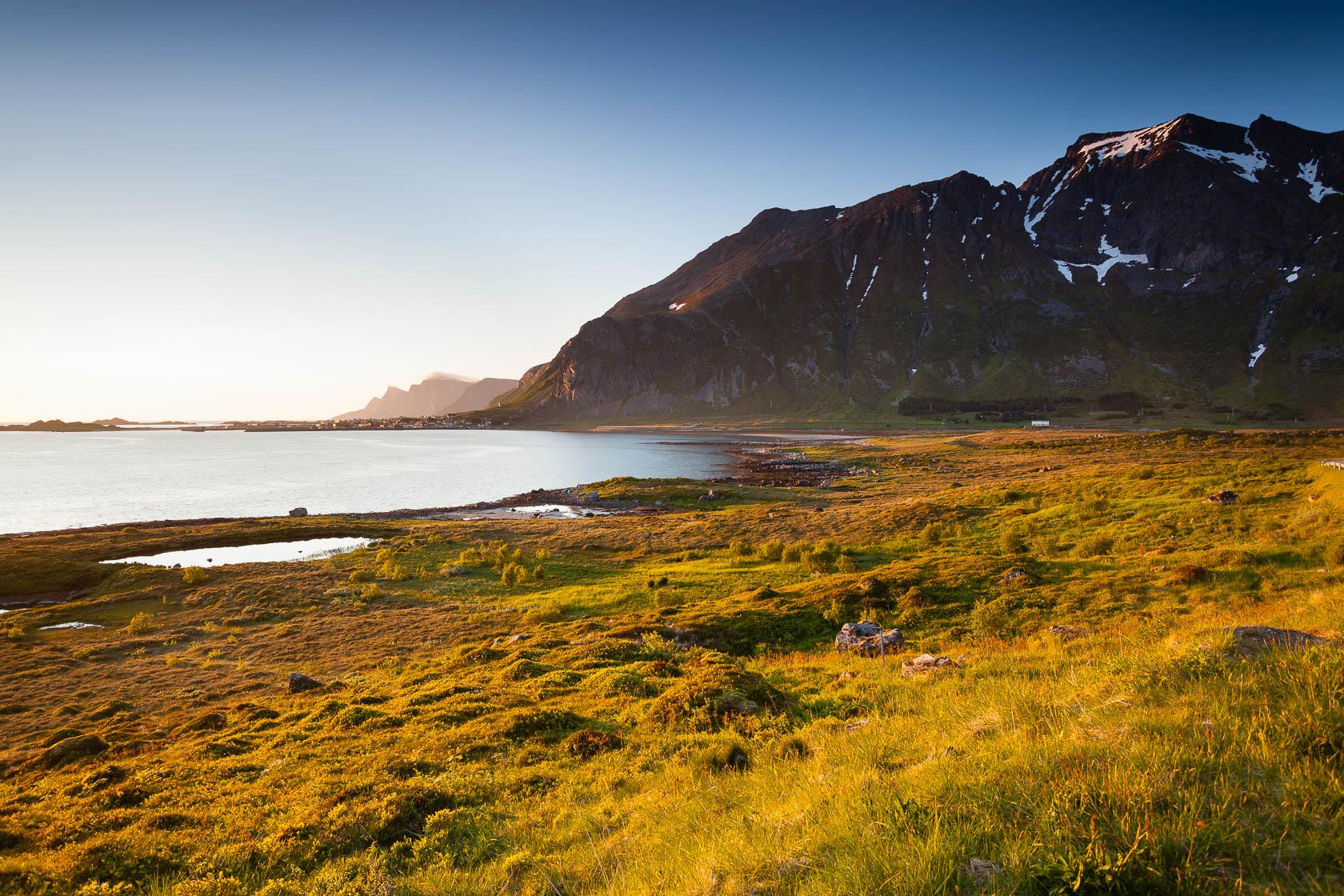 Flakstadøya sous le soleil de minuit, dans les îles Lofoten en été, en Norvège