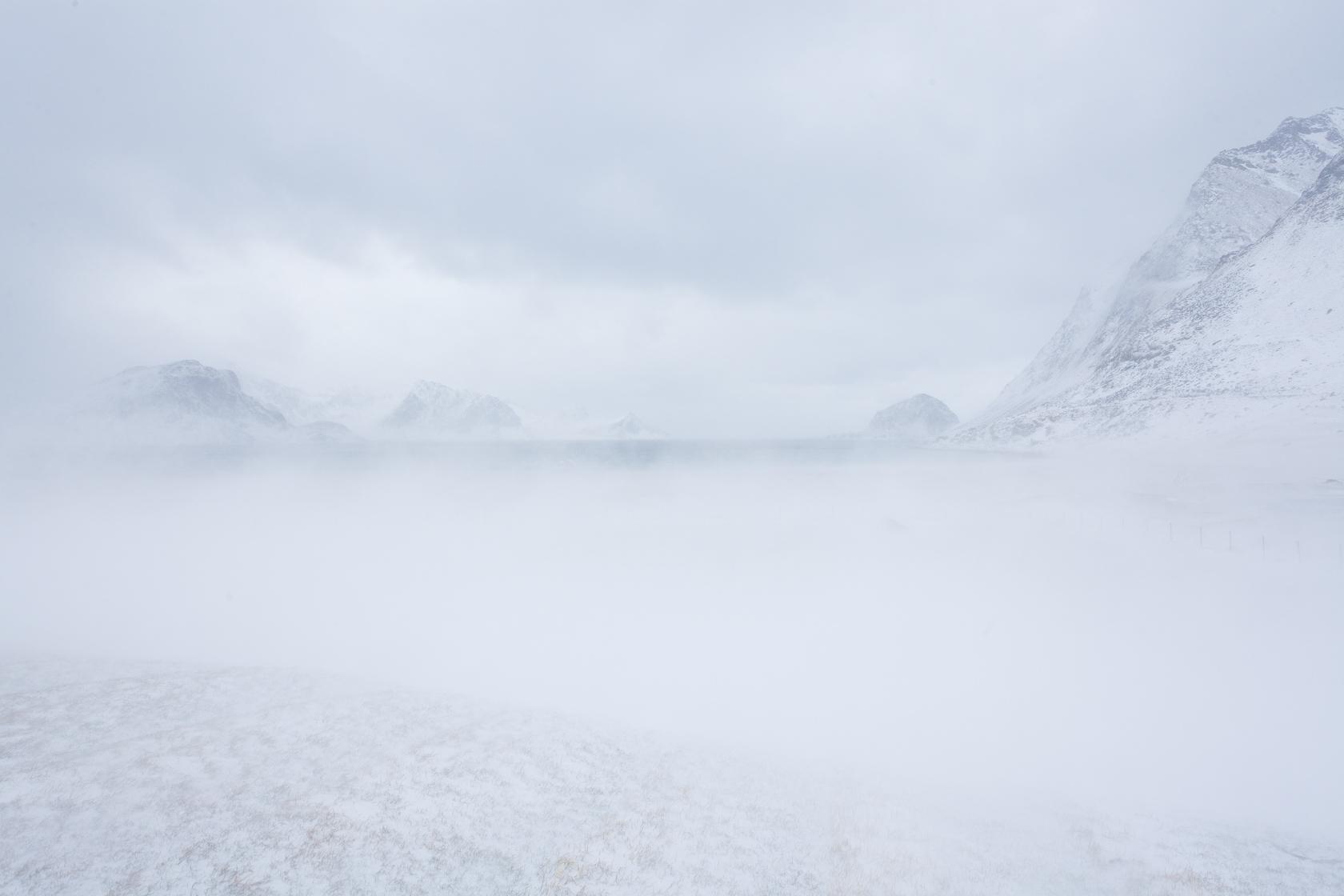 blizzard à al plage d'Haukland, dans l'île de Vestvagøya, dans les Lofoten en Norvège