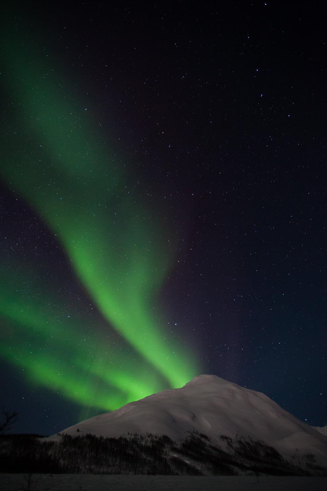 aurore boréale sur le Middagtinten, dans les Alpes de Lyngen, en Norvège