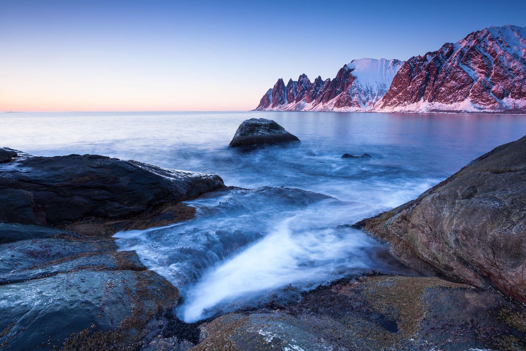 crépuscule sur les dents d'Oksen, dans l'Ersfjord, à Senja