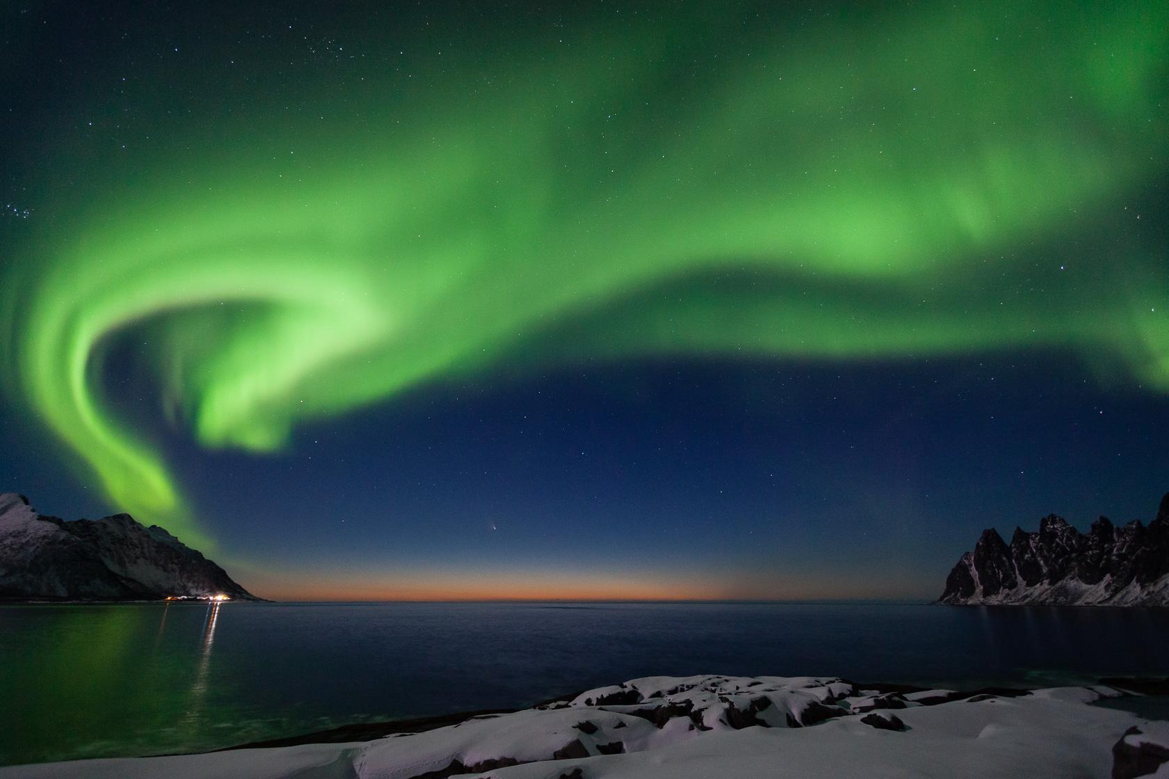 aurore boréale au crépuscule avec la comète Pan-Starr, depuis Tungeneset, à Senja en norvège