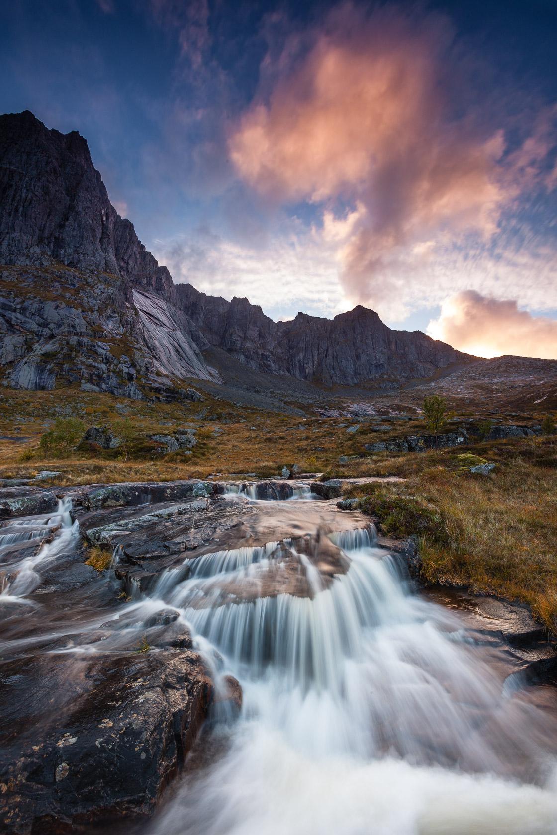 cascade sous le Stortinden, dans l'île de Flakstadøya, durant un voyage photo dans les Lofoten