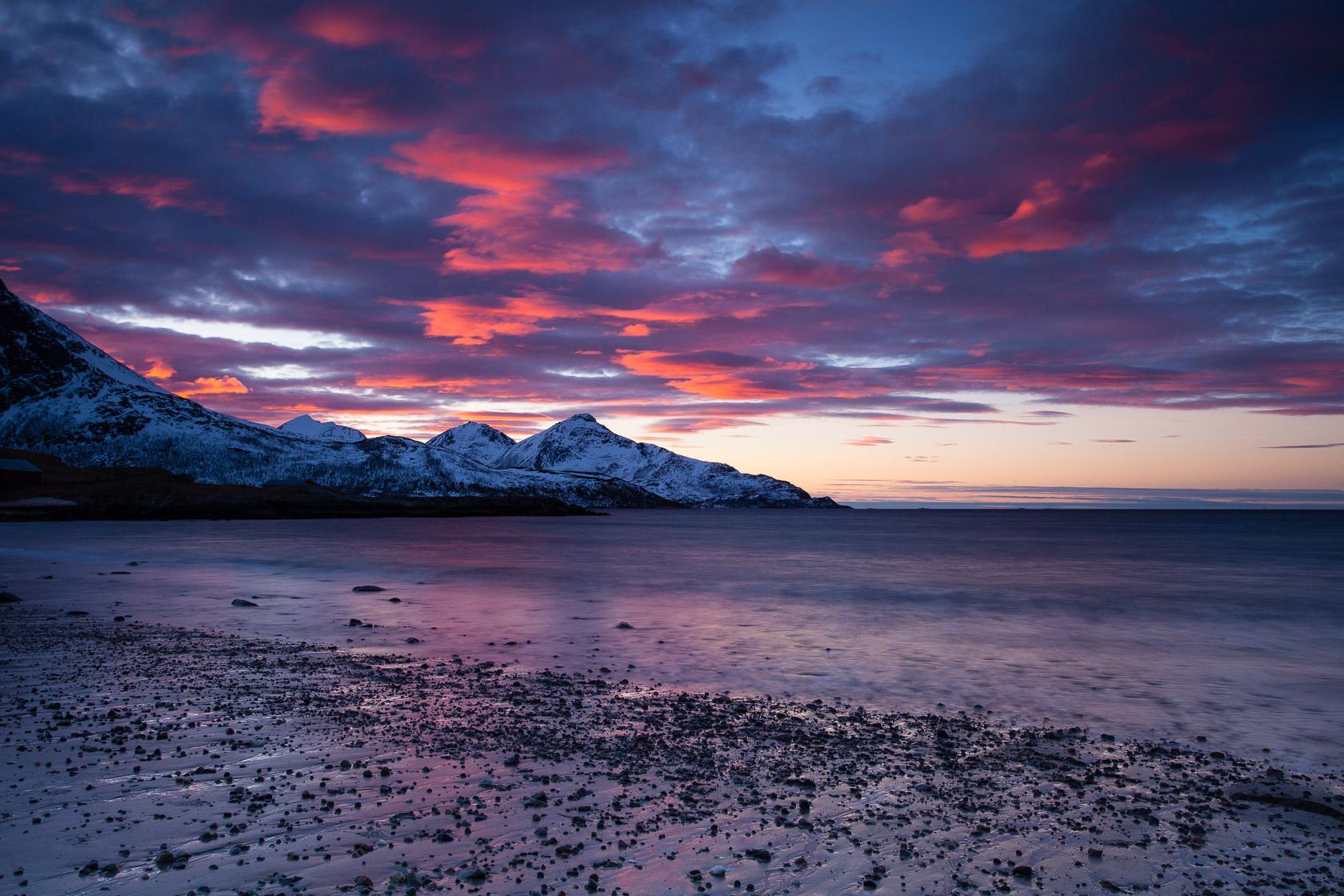 Nuages colorés sur la plage de Grøtfjord, à Kvaløya, près de Tromsø