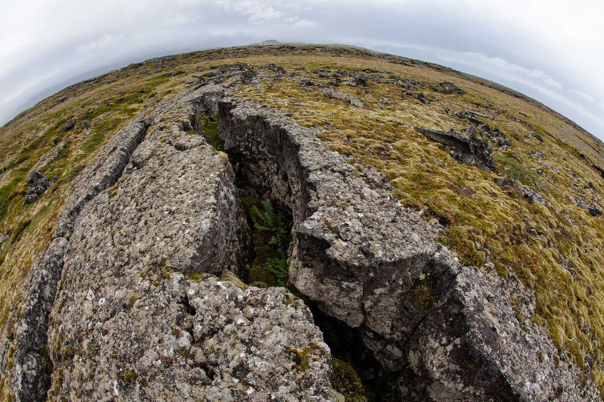 fissure dans une coulée de lave en Islande