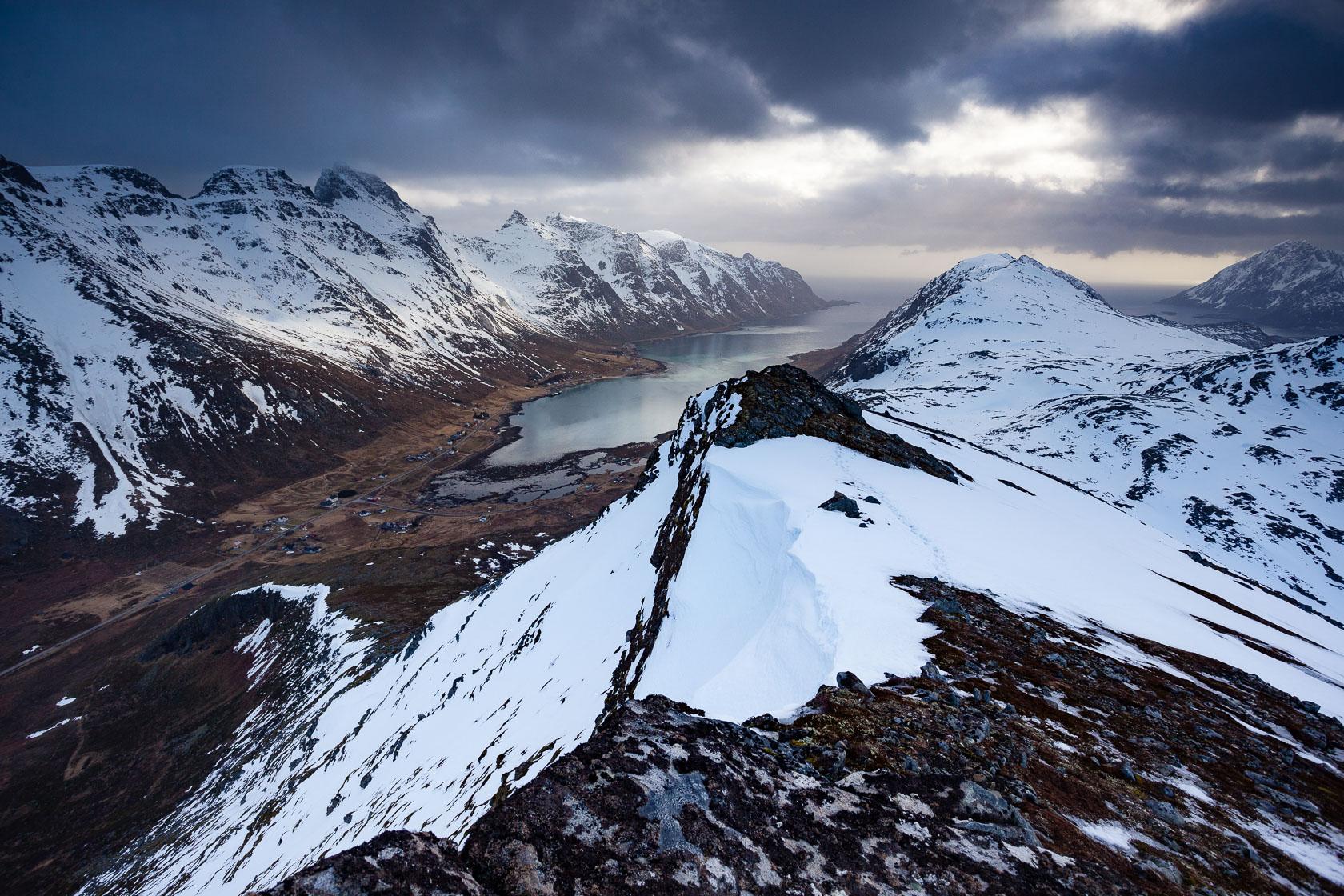 Vue sur le Skjelfjorden depuis le Volandstinden, pendant un voyage photo dans les Lofoten