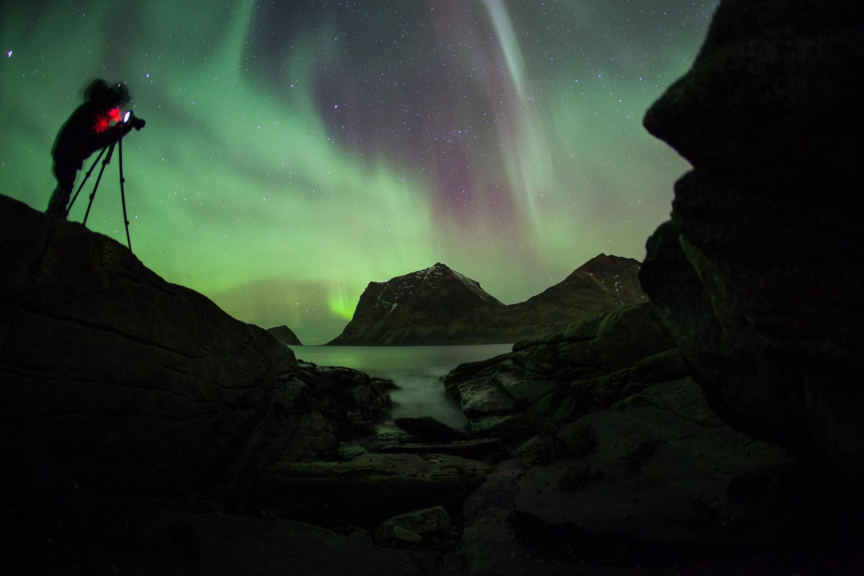 photographe photographiant les aurores boréales durant un voyage photo dans les îles Lofoten, en Norvège