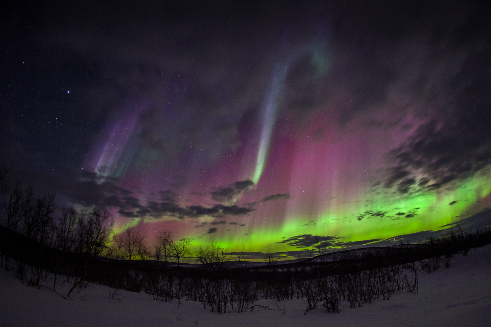 aurores boréales multicolores, très actives pendant une très forte tempête géomagnétique sur la Laponie, en Finlande