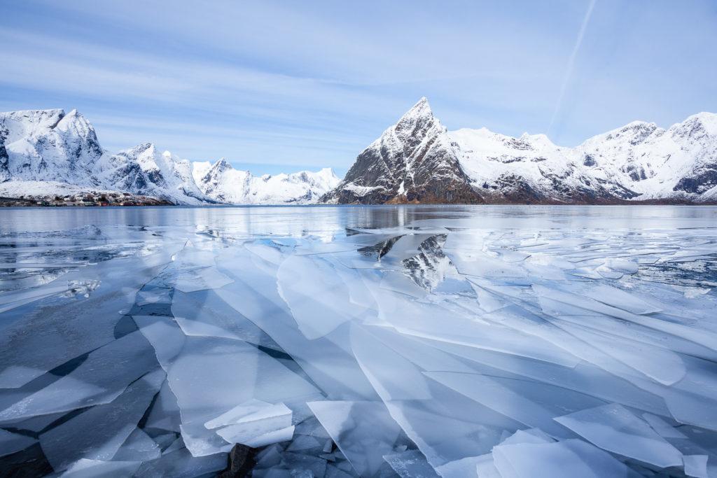 plaques de glace sur le Reinefjord, lors d'un voyage photo aux Lofoten en hiver, en Norvège