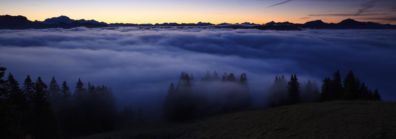 les Alpes à l'aube depuis le Semnoz, massif des Bauges