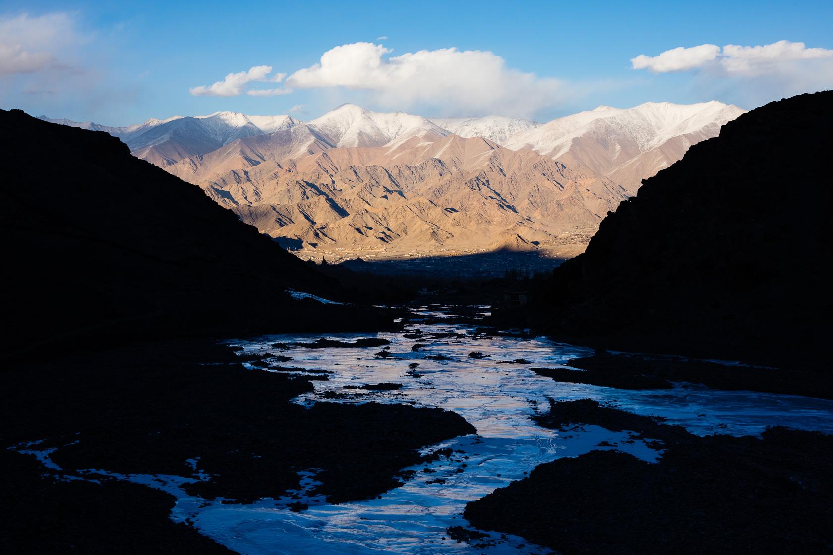rivière de glace dans la vallée de Stok au Ladakh en Inde