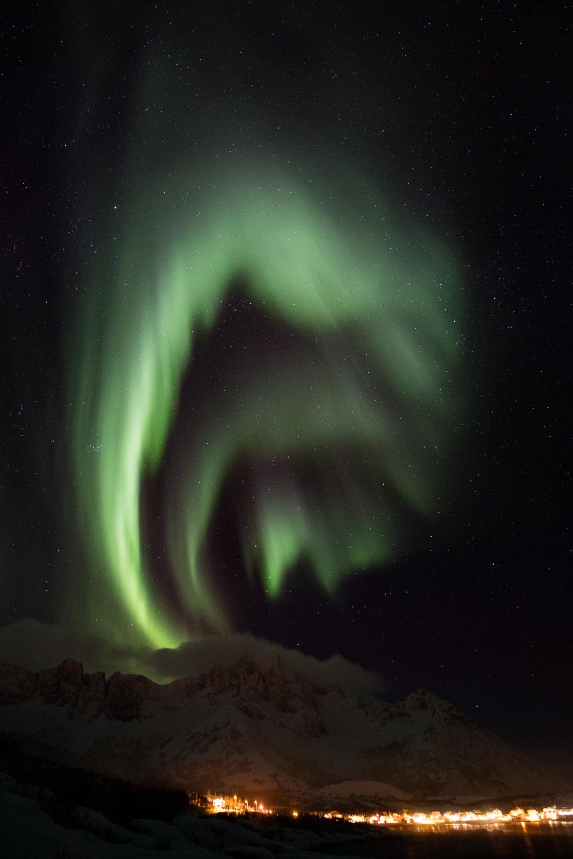aurore boréales au-dessus du village de Mefjordvær, pendant un voyage photo à Senja, en Norvège