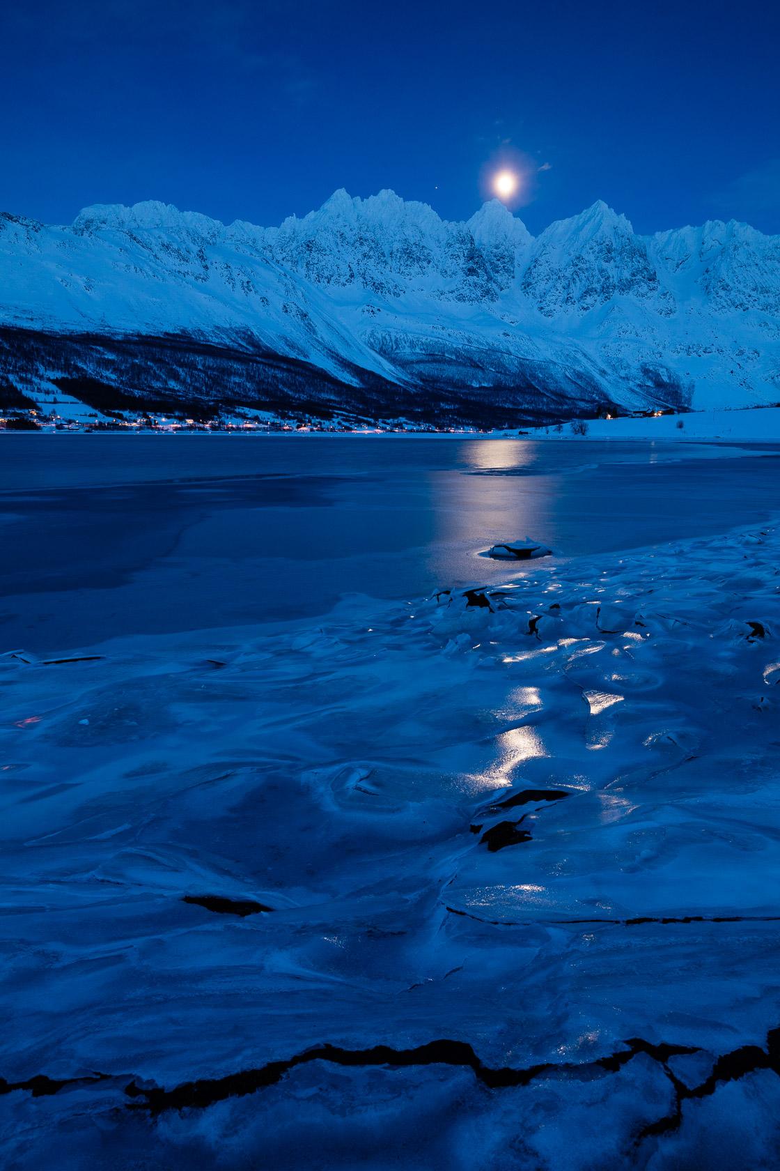 lever de lune sur le Lakselvtindane, dans les Alpes de Lyngen, avec le fjord gelé