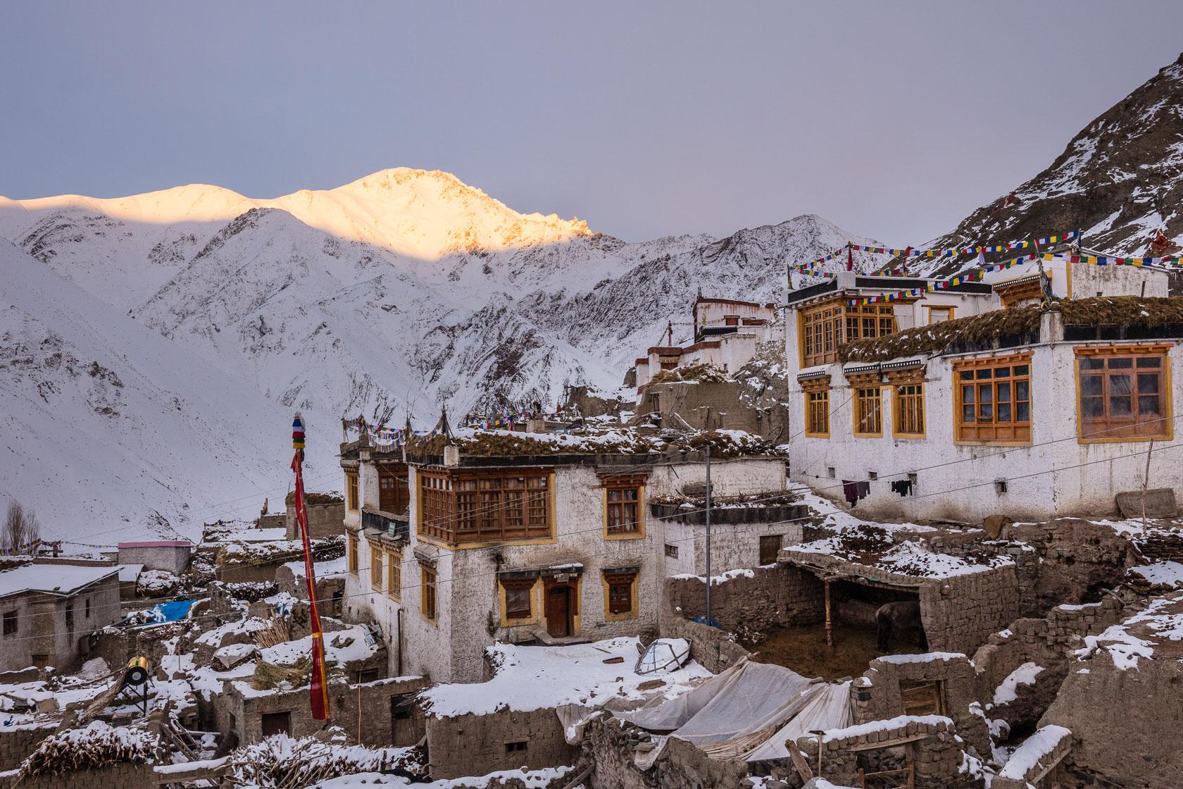 Village de Rumbak au levé du jour, dans l'Himalaya indien, au ladakh