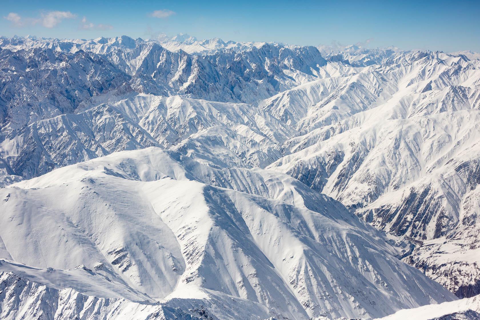 Montagnes du Ladakh et du Zanskar vue d'avion, avec le Nun et le Kun , en Inde