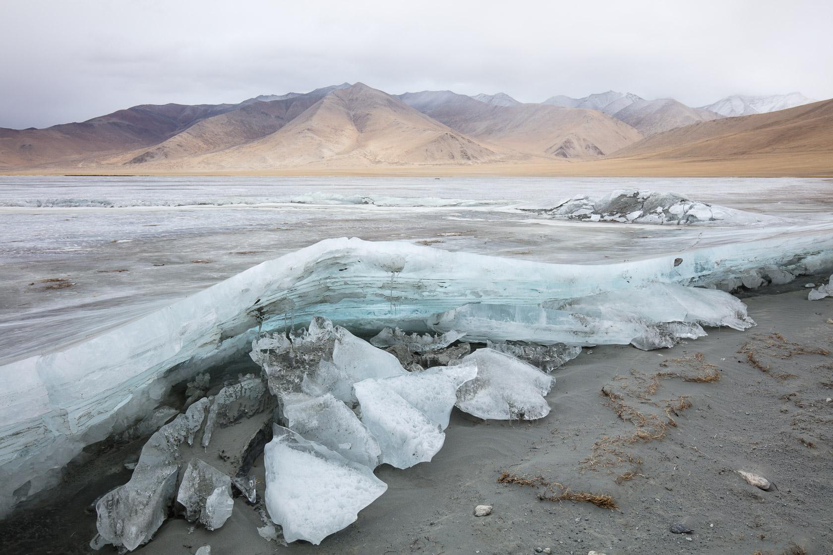 Glace du Startsapuk Tso gelé, près du Tso Kar, au Ladakh en Inde