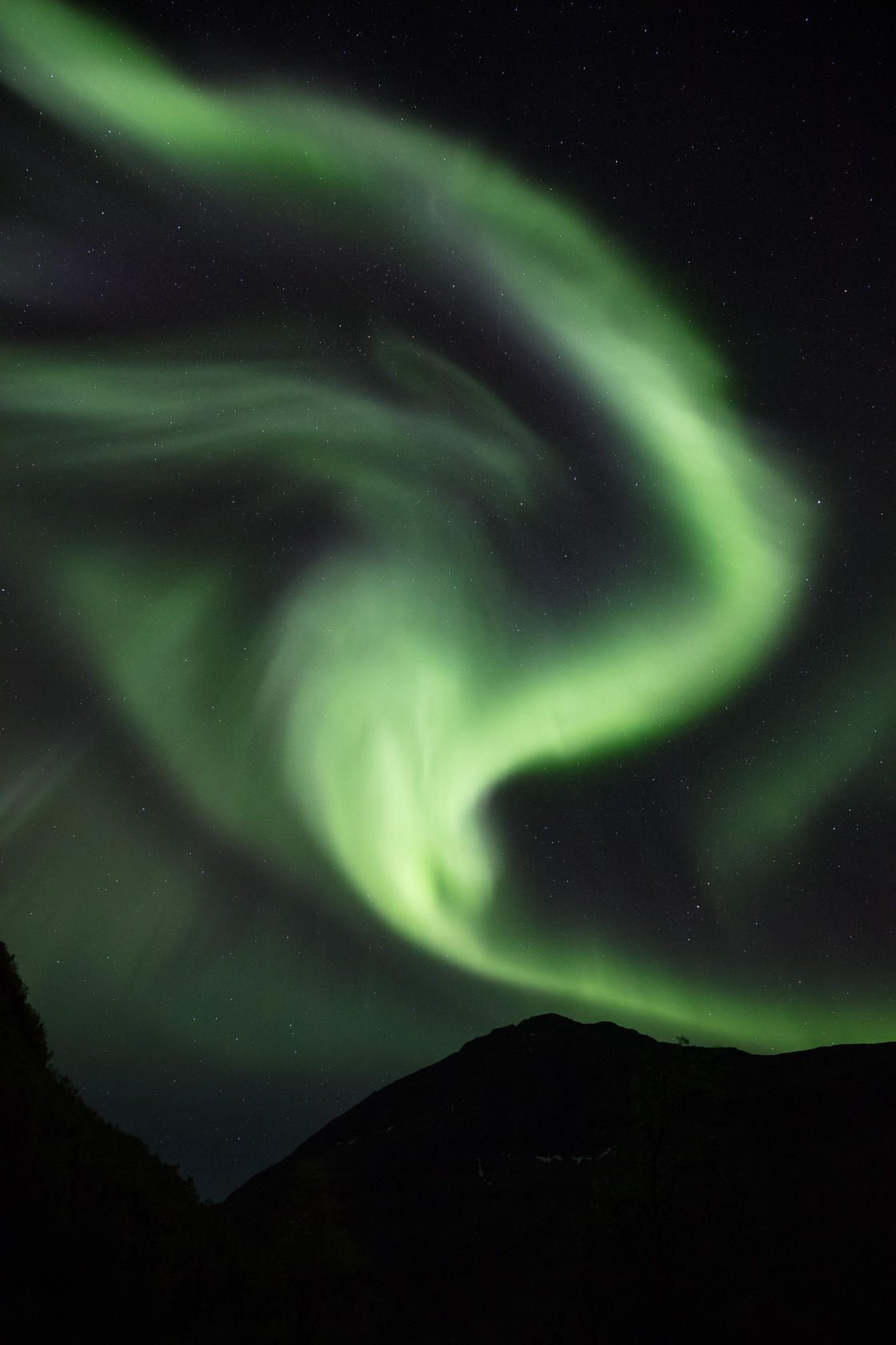 grande aurore boréale durant une activité géomagnétique importante, dans la Signaldalen, en Norvège du nord
