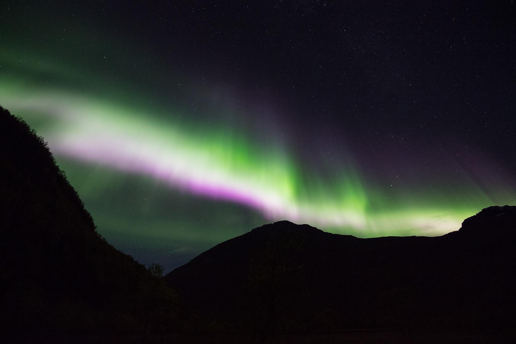 aurore boréale multicolore pendant une tempête géomagnétique, en Norvège