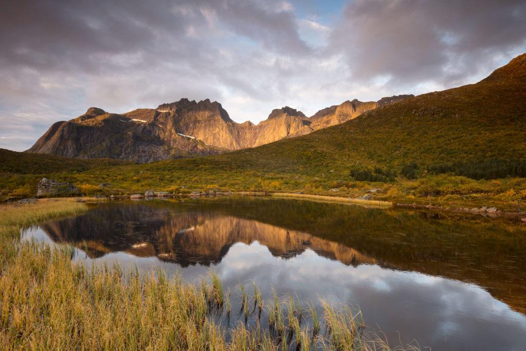 lac dans une tourbière sur l'île de Flakstad, près de Nusfjord, en voyage photo aux Lofoten