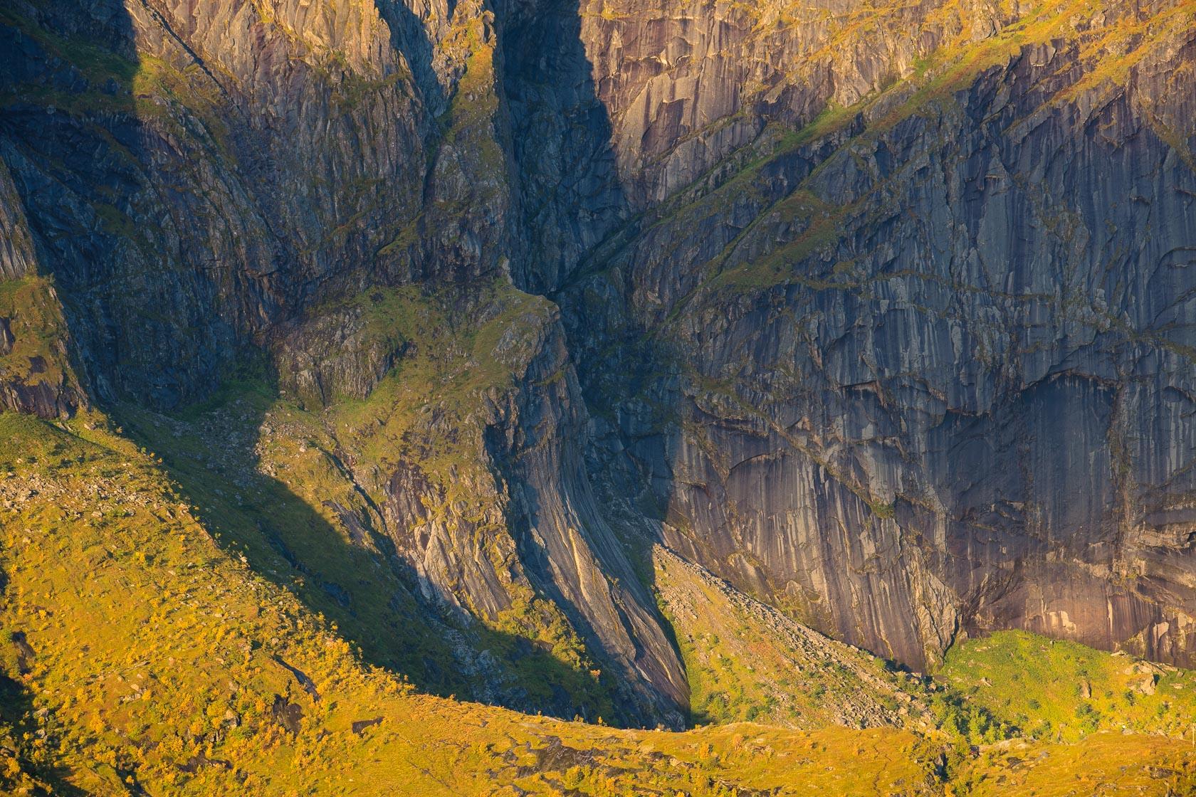 parois des montagnes dominant le Reinefjord, dans les îles Lofoten, en Norvège
