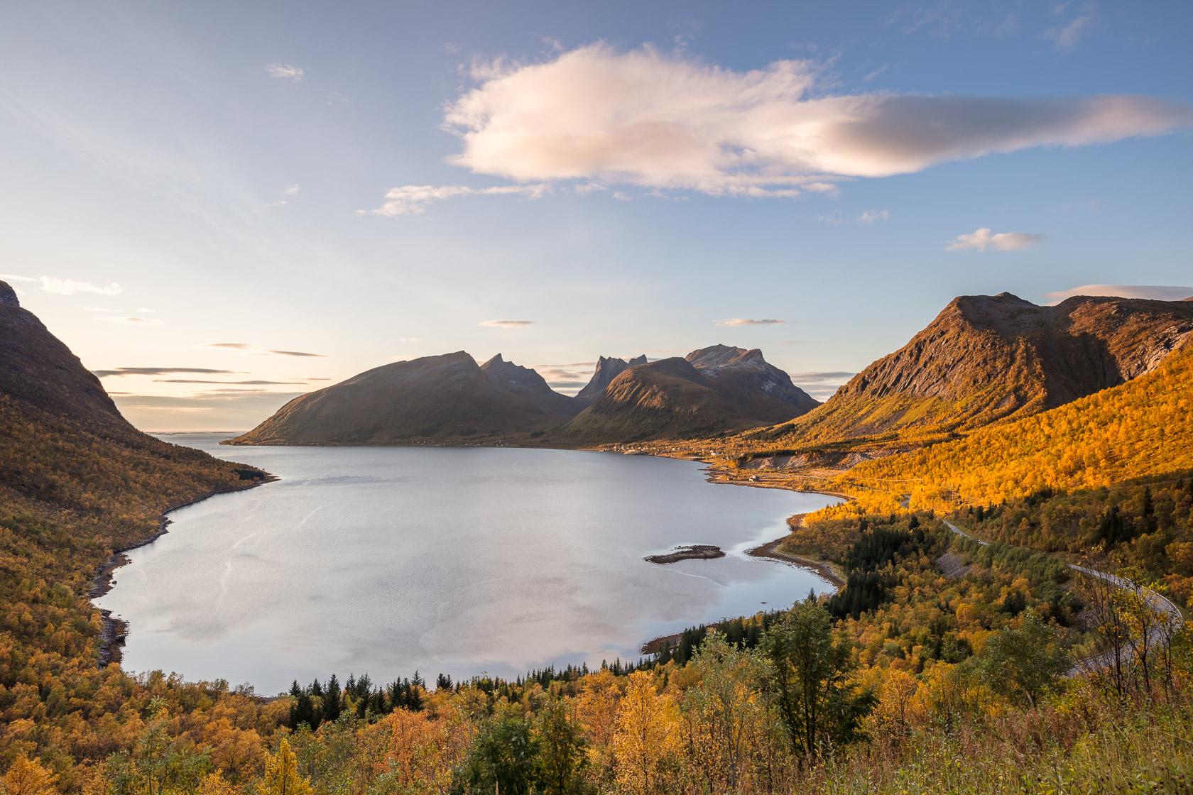 le fjord de Bergsbotn, en automne pendant un voyage photo sur l'île de Senja