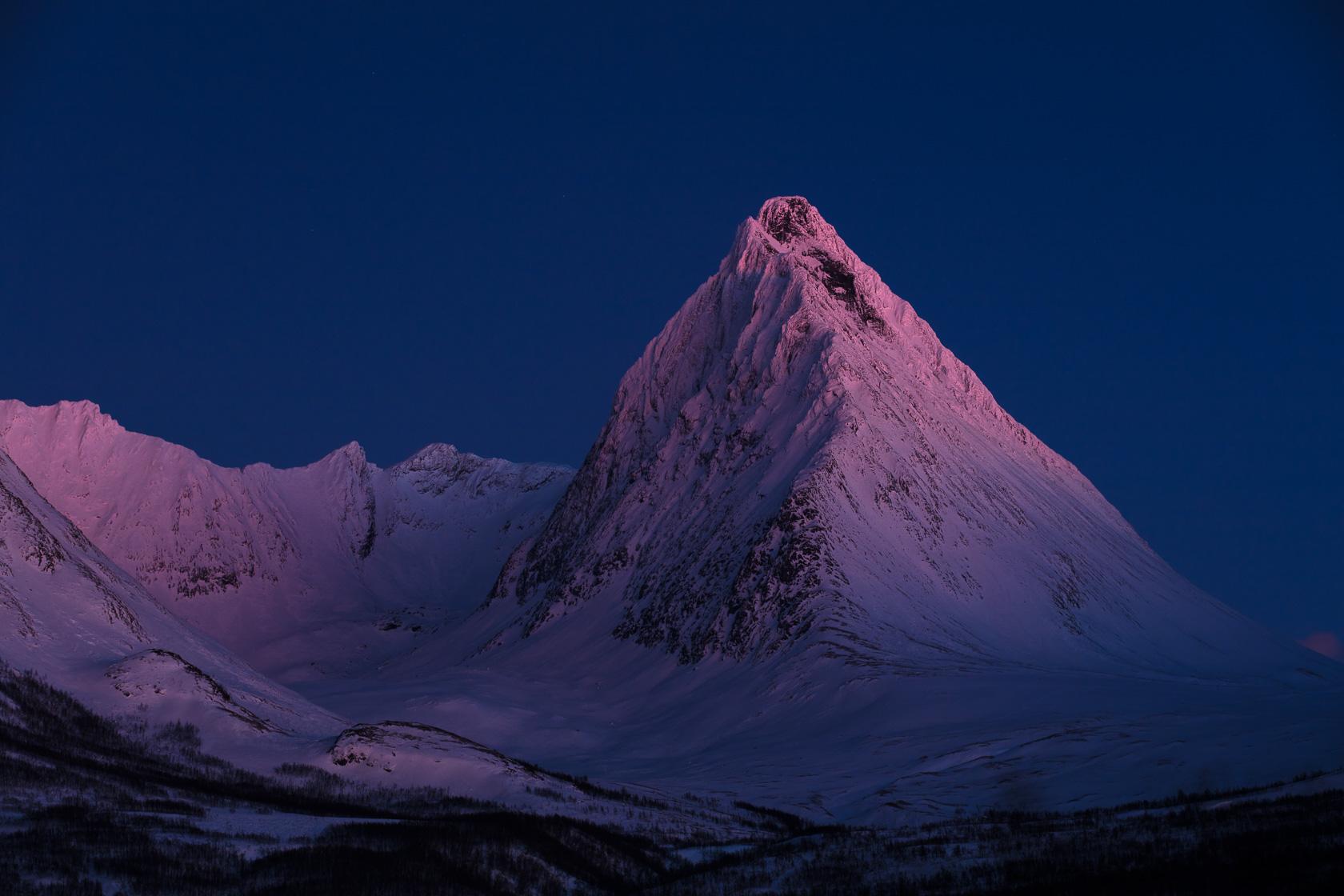 la montagne Piggtinden au crépuscule dans les Alpes de Lyngen, en Norvège