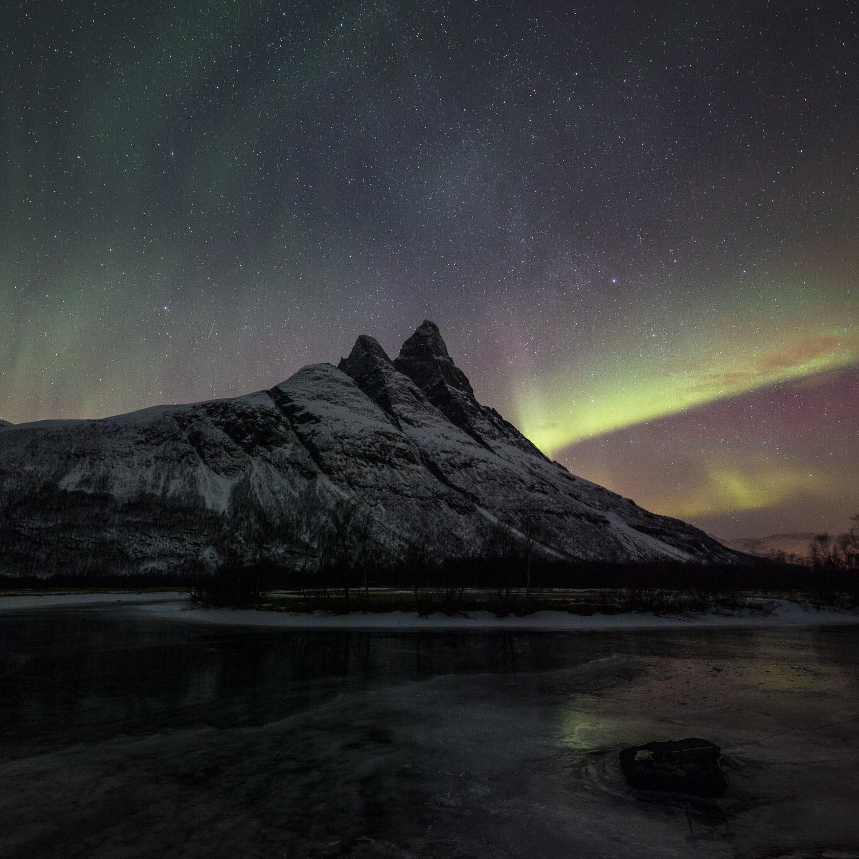 aurore boréale et Otertinden, dans la Signaldalen,en Norvège
