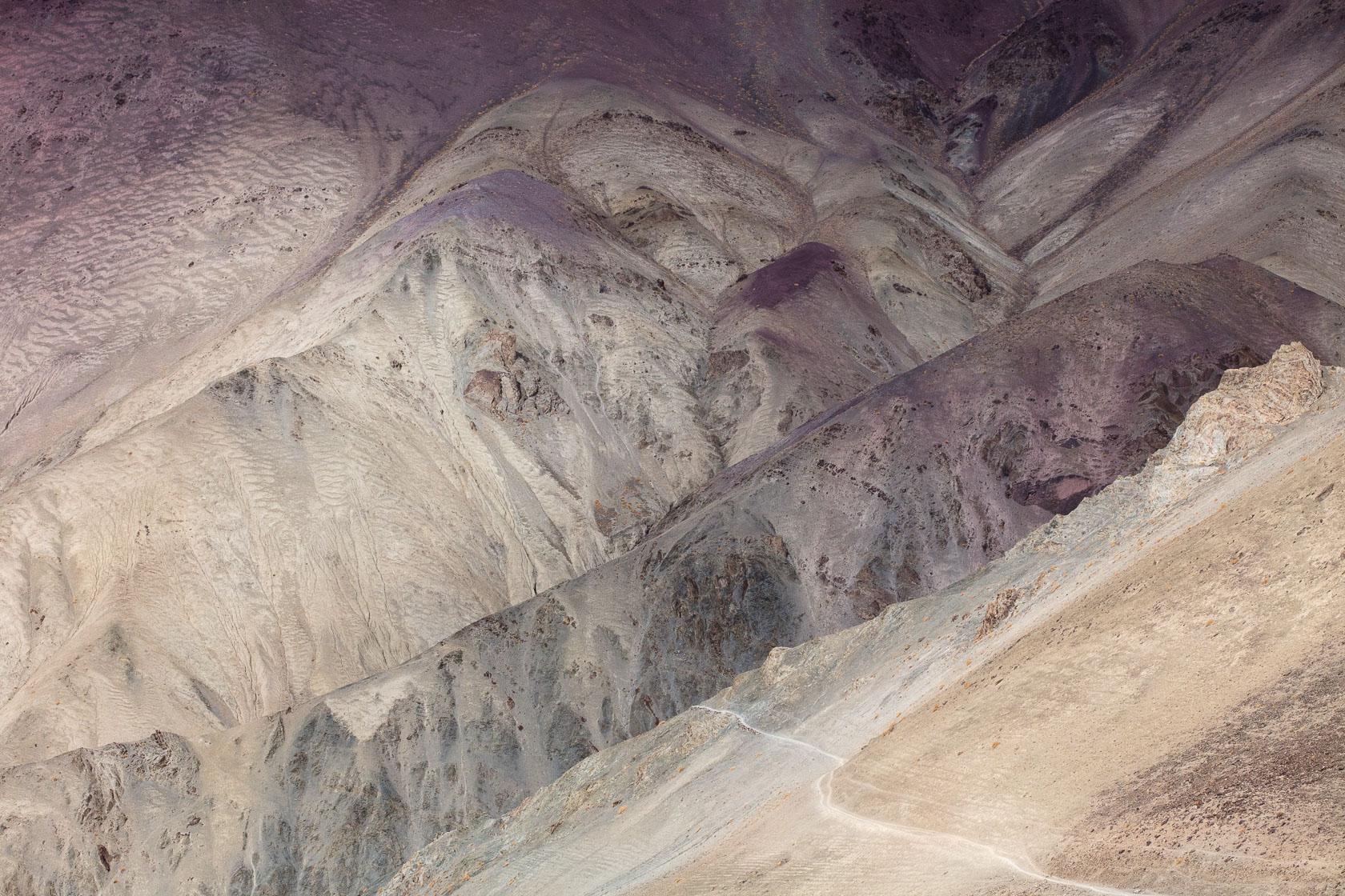 montagnes colorée dans les environs de Rumbak, au Ladakh