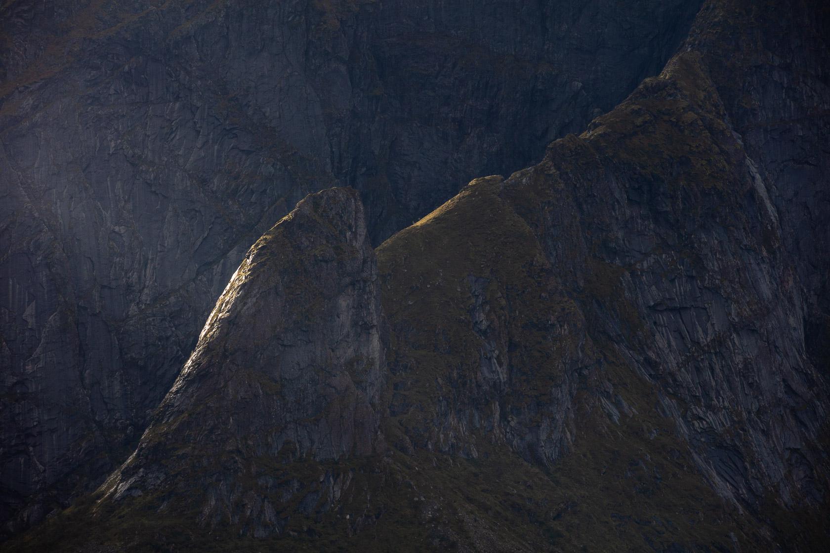 crêtes rocheuses au-dessus du village de Reine, dans les îles Lofoten