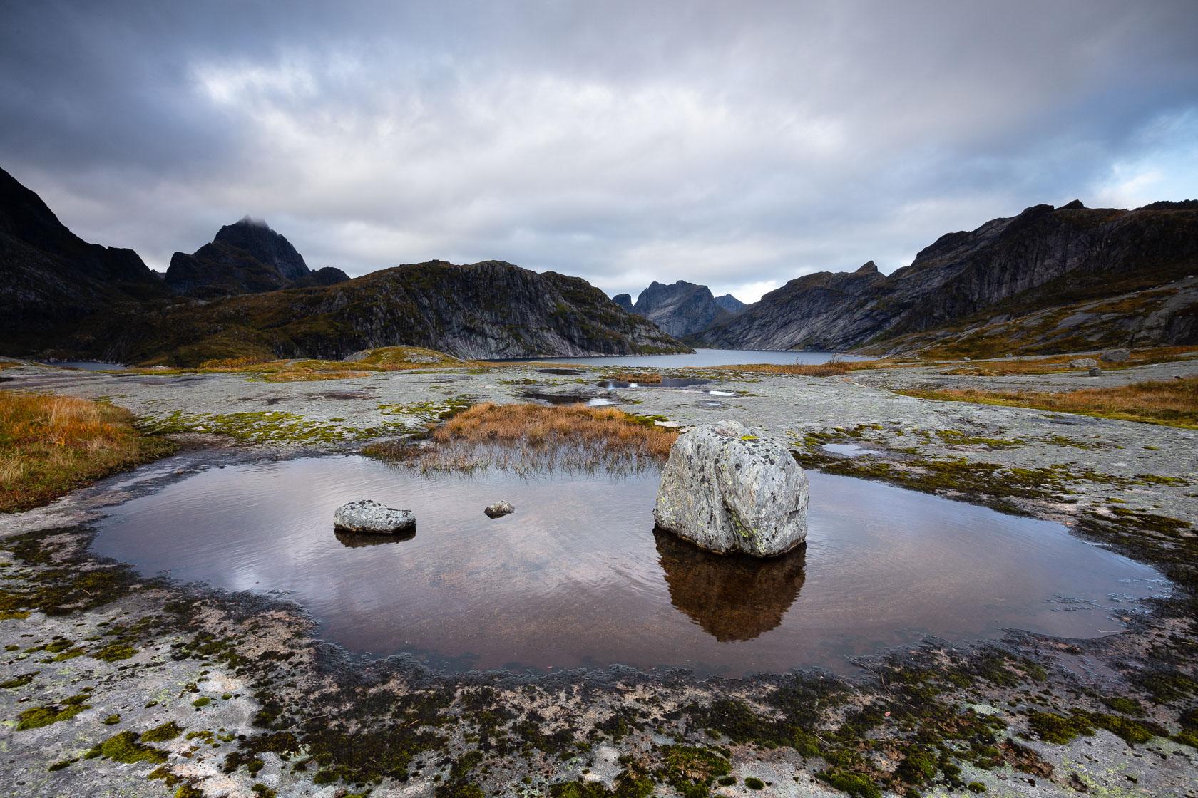 blocs erratiques et érosion glaciaire au Solbjornvatnet, sur l'île de Moskenes, dans les Lofoten, en Norvège