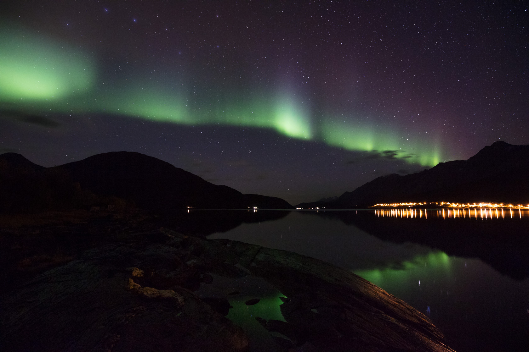 aurore boréale au-dessus du Sørfjorden, pendant un voyage photo dans les Alpes de Lyngen en Norvège