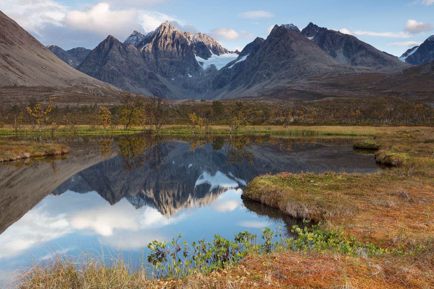 lac de tourbière au pied des Alpes de Lyngen, pendant un voyage photo en Norvège