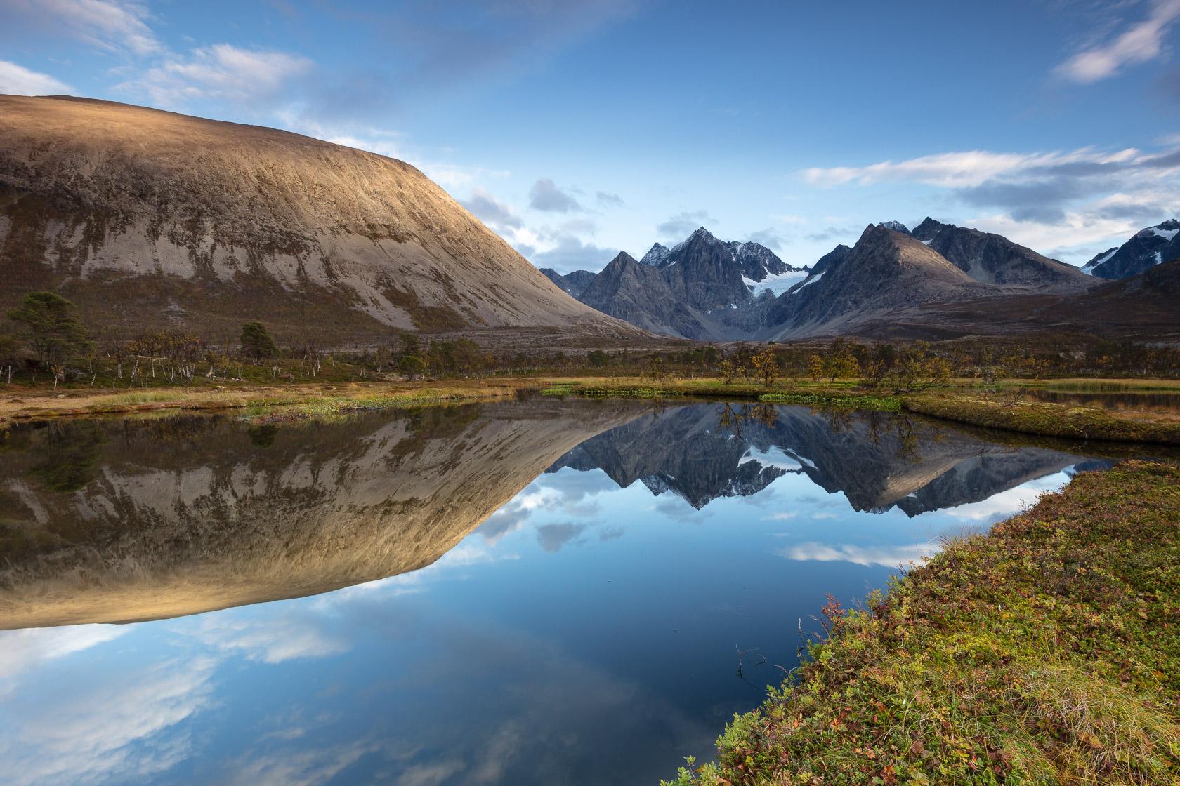 Alpes de Lyngen se reflétant dans un lac de tourbière, en Norvège