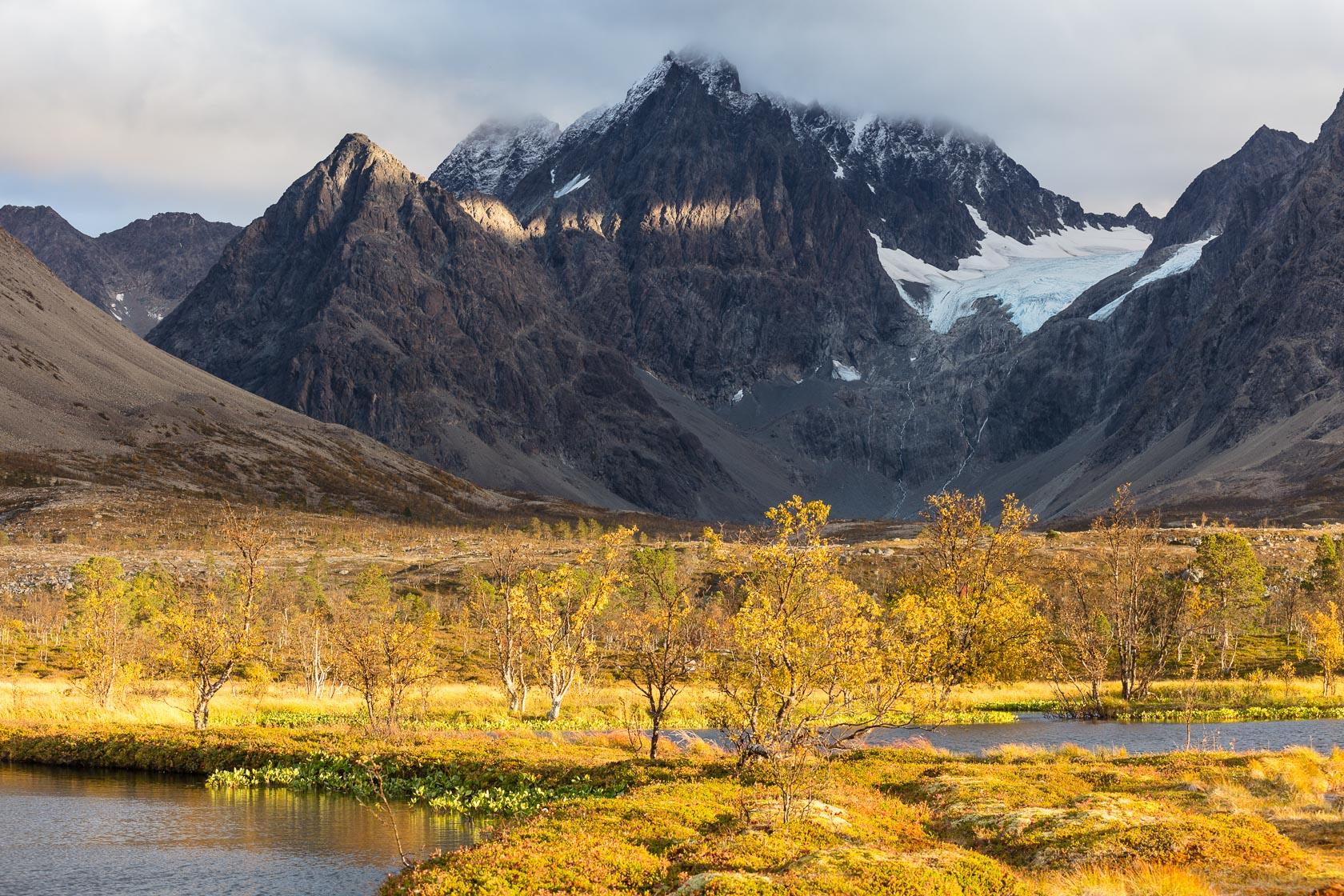 Lenangstindane et glacier du Blåvatnet en automne, dans les Alpes de Lyngen