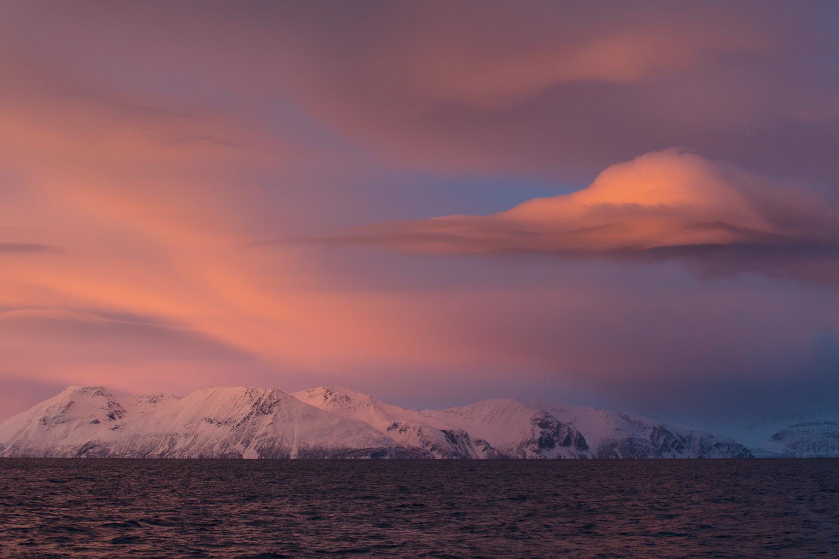 ambiance lumineuse hivernale à Skjervøy, dans le Nord de la Norvège